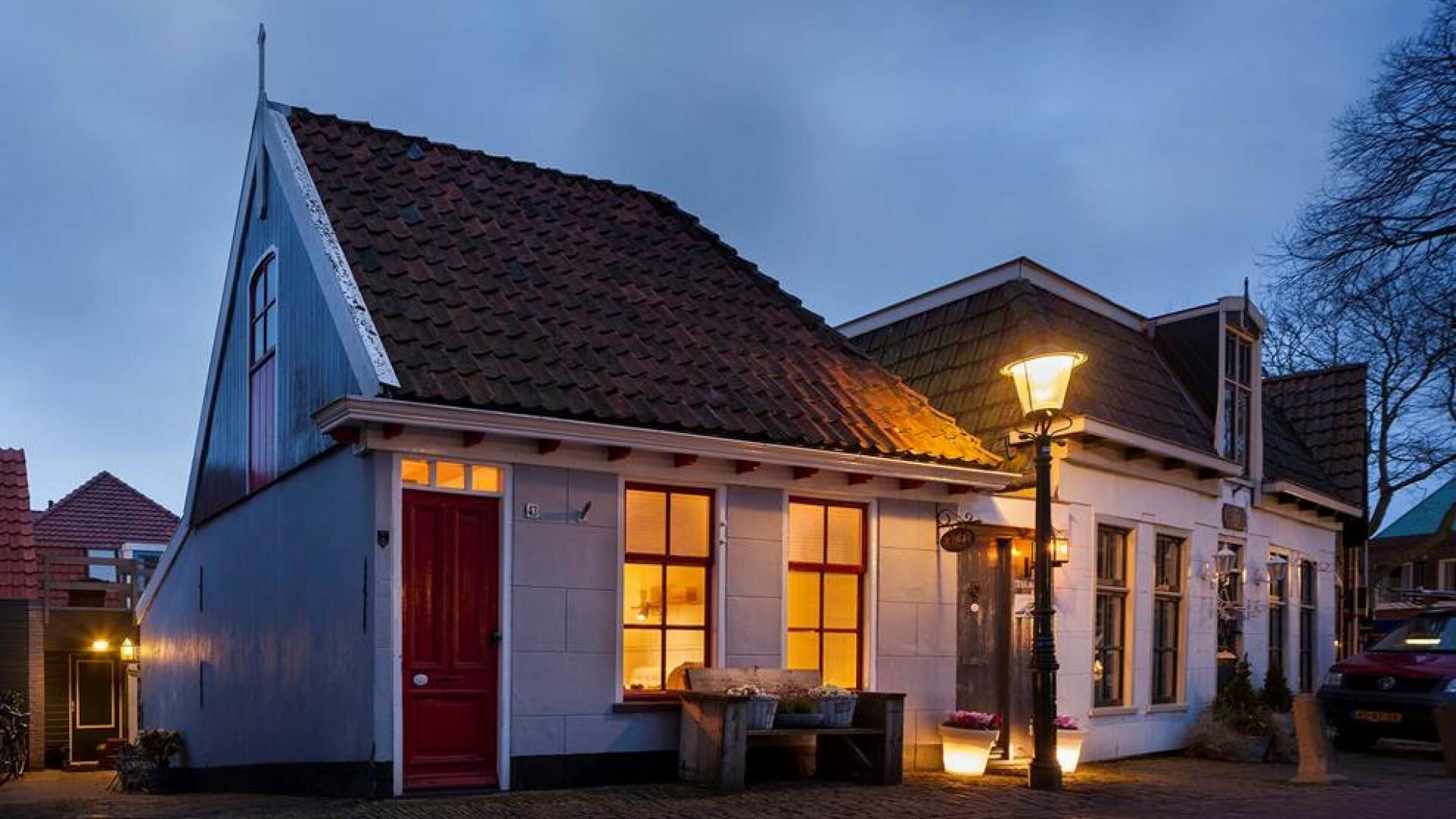 Avond buitenaanzicht bed en breakfast De Etalage VVV Texel