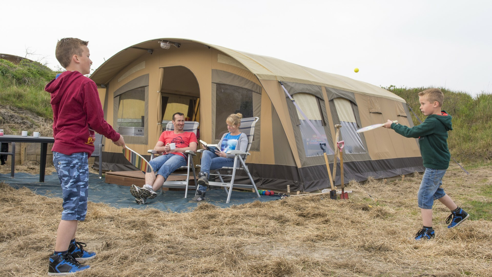 Familie bij ingerichte tent op Kogerstrand VVV Texel