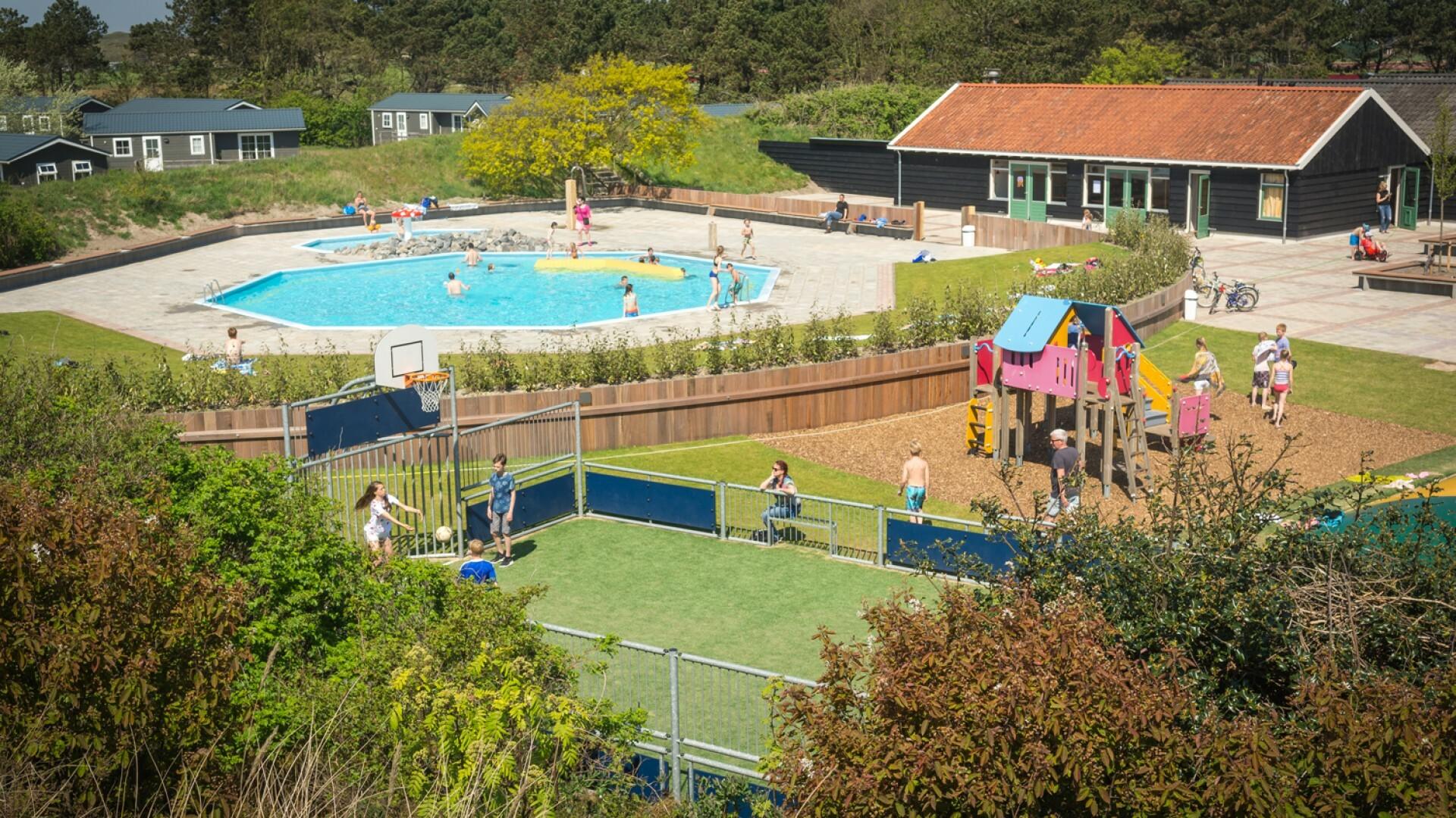 Zwembad en speelterrein op camping Loodsmansduin in Den Hoorn VVV Texel