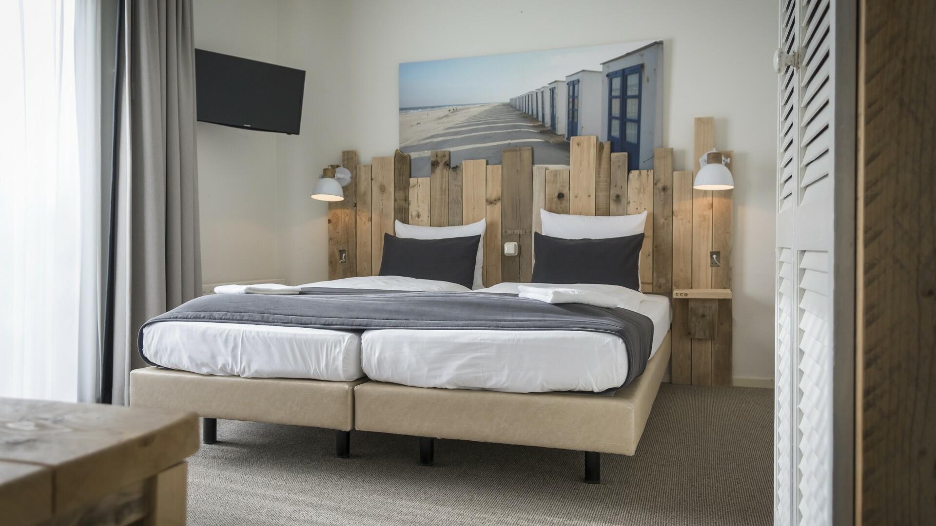 Familiesuite bij Hotel De Waal met bed van strandhout VVV Texel