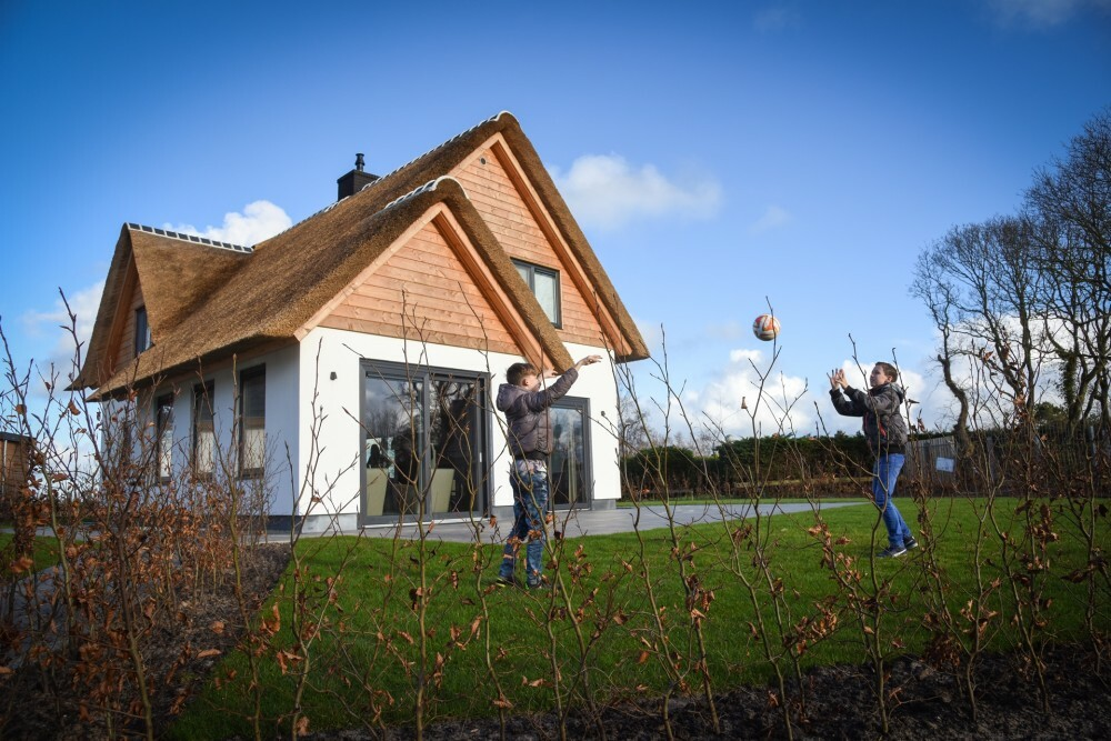Villa Hoogelandt kinderen spelen in de tuin herfst VVV Texel