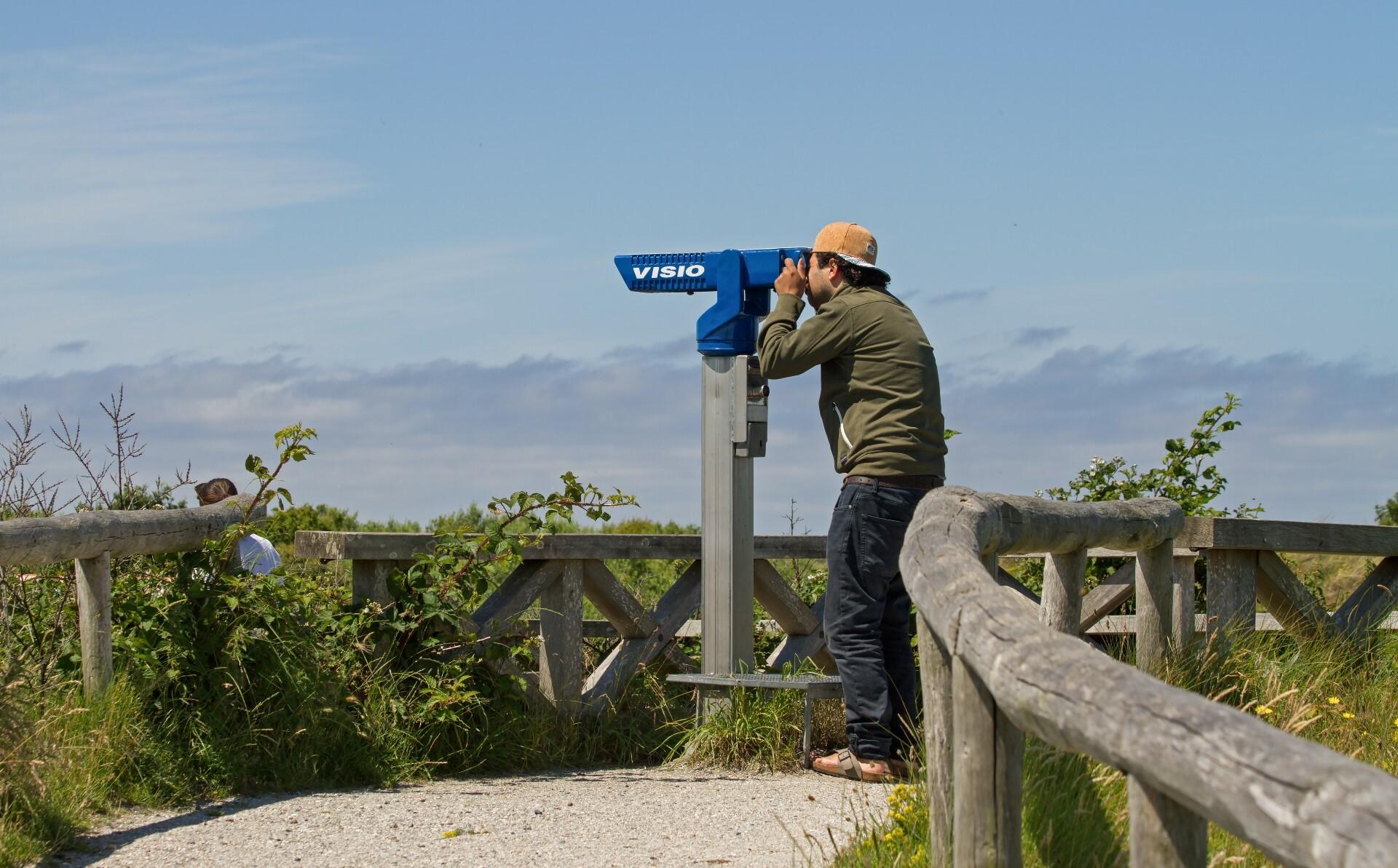 Vogels kijken door verrekijker VVV Texel VVV Texel fotograaf Justin Sinner