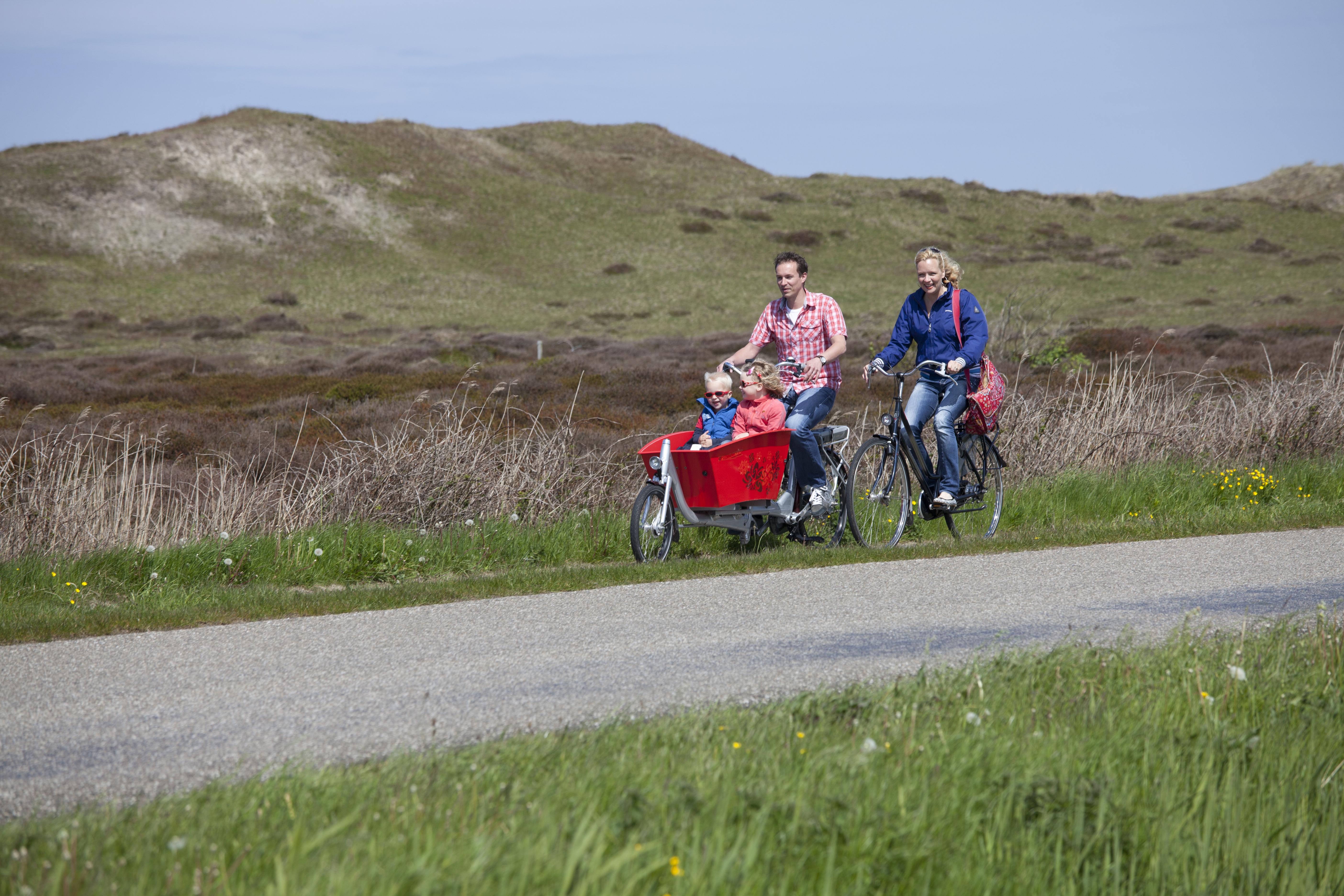 Fietsen in de duinen gezin fotograaf Tessa Jol VVV Texel