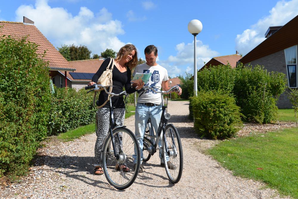 Stel op de fiets met fietsroute VVV Texel fotograaf Liselotte Schoo