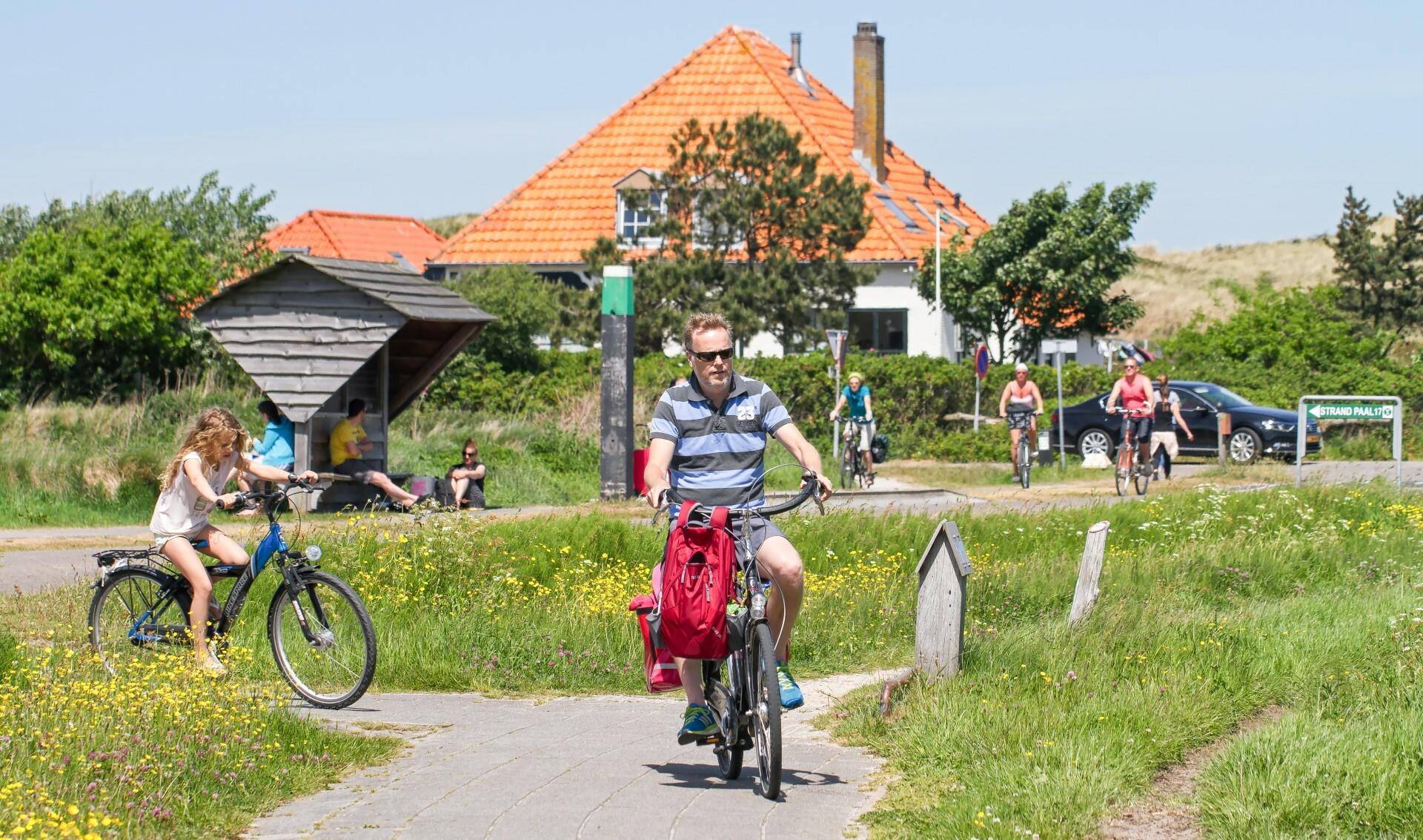 Vader en dochter fietsen op Texel VVV Texel fotograaf Justin Sinner