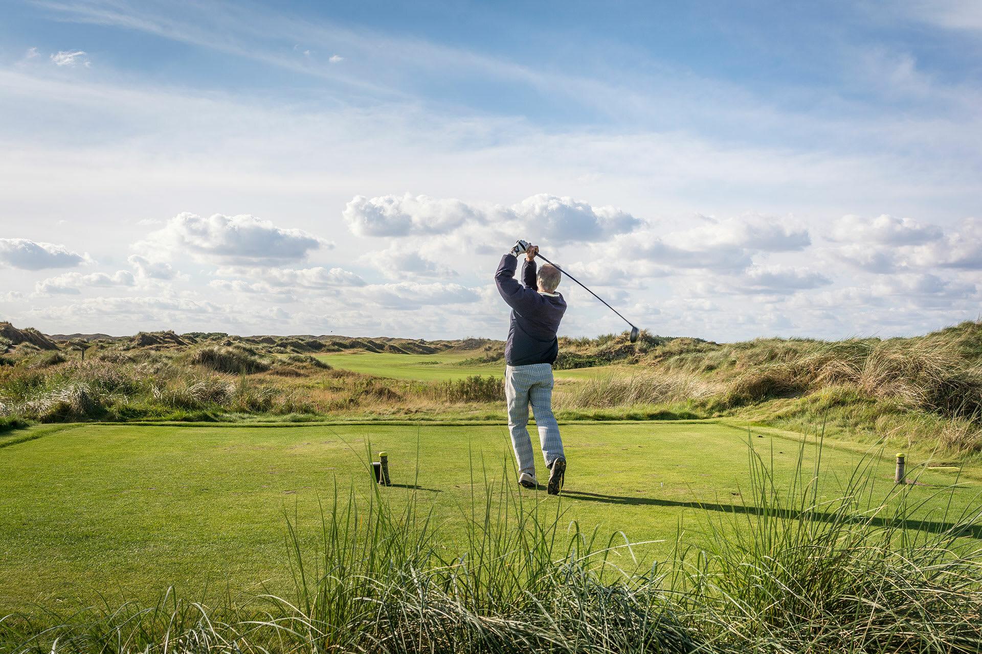 Man aan het golfen golfbaan de texelse VVV Texel fotograaf Stefan Krofft