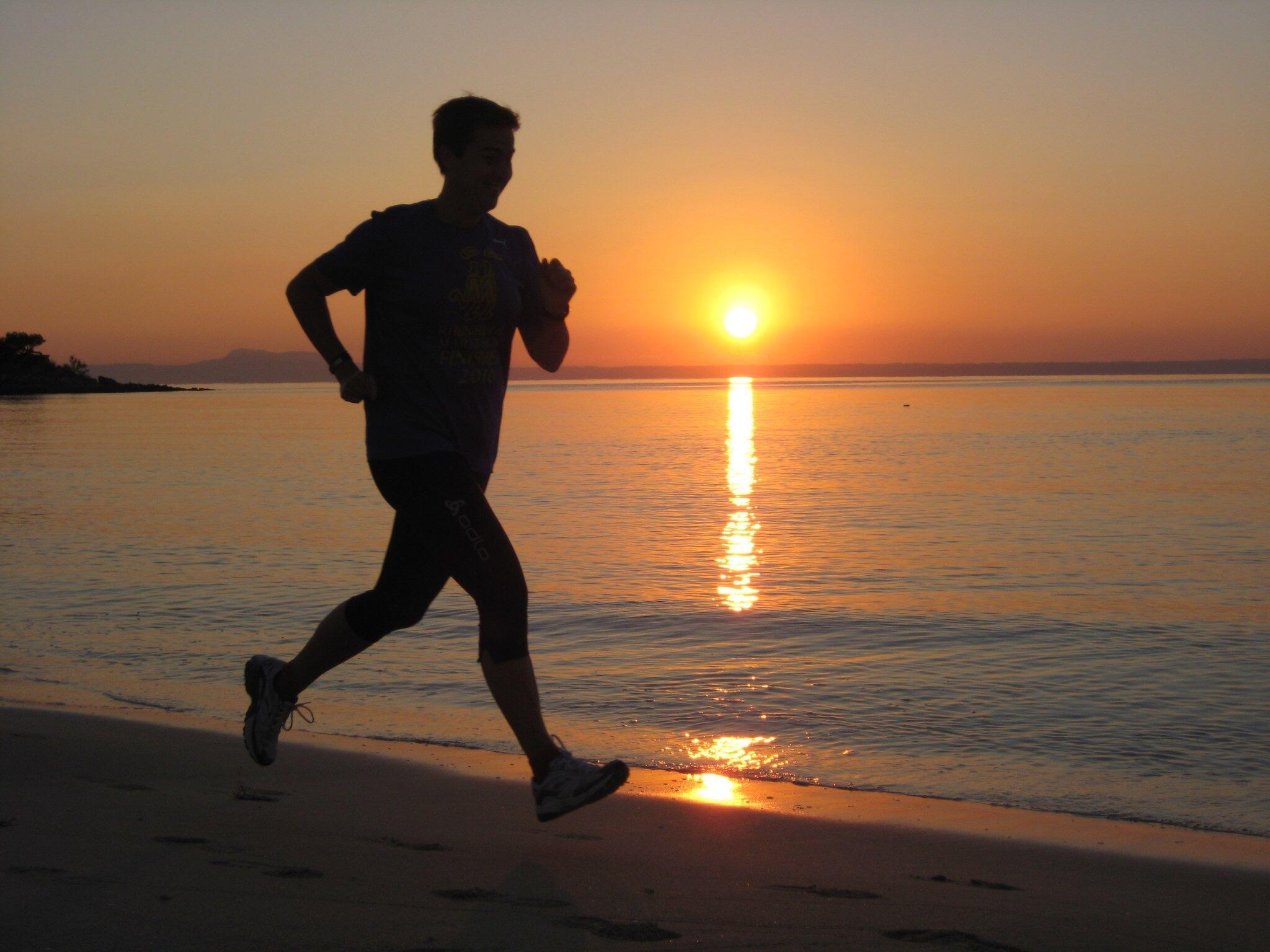Hardlopen op het strand met zonsondergang VVV Texel fotograaf Inge Schaeben
