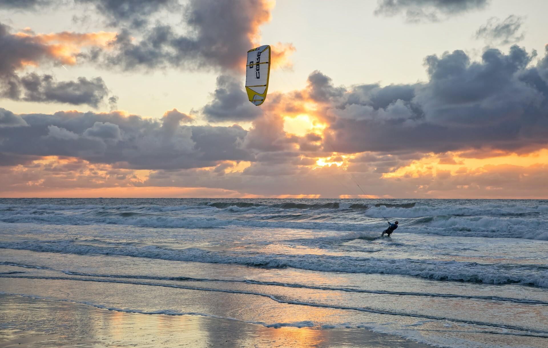 Kitesurfen op de Noordzee VVV Texel fotograaf Justin Sinner
