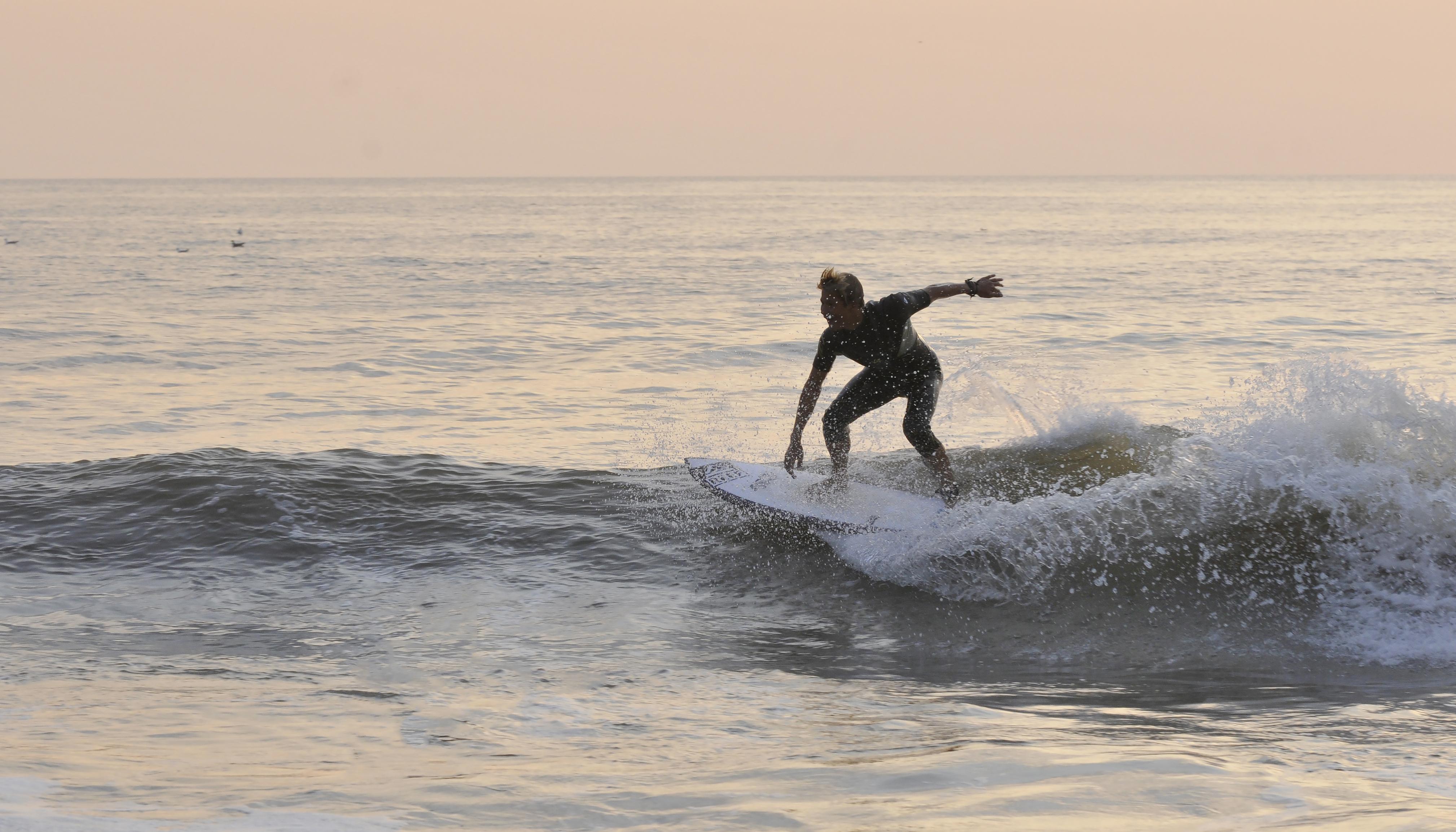 Surfer bij zonsondergang fotograaf Rene Pop VVV Texel