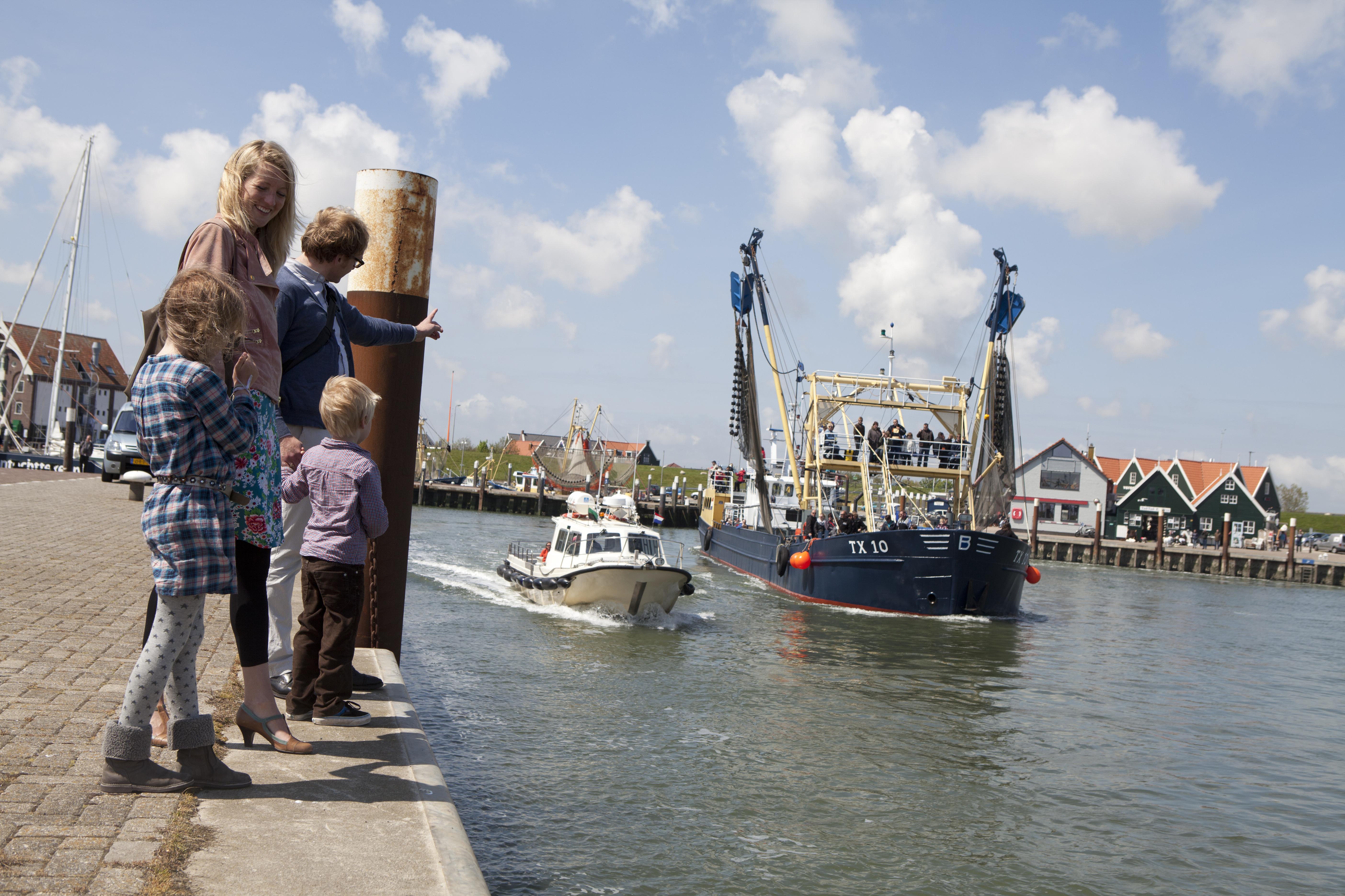 Gezin in de haven van Oudeschild VVV Texel fotograaf Tessa Jol