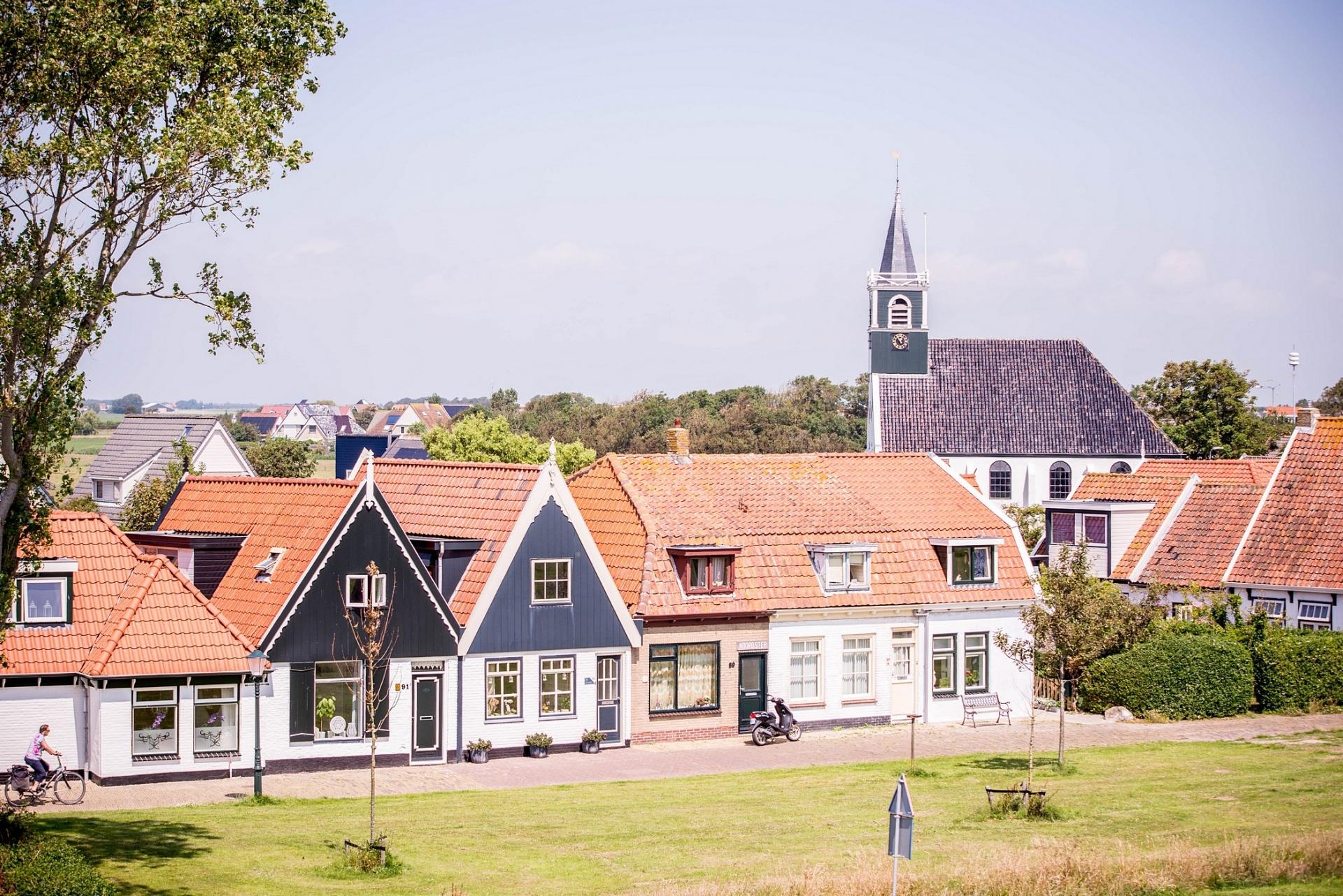 Oudeschild met kerk VVV Texel fotograaf Justin Sinner