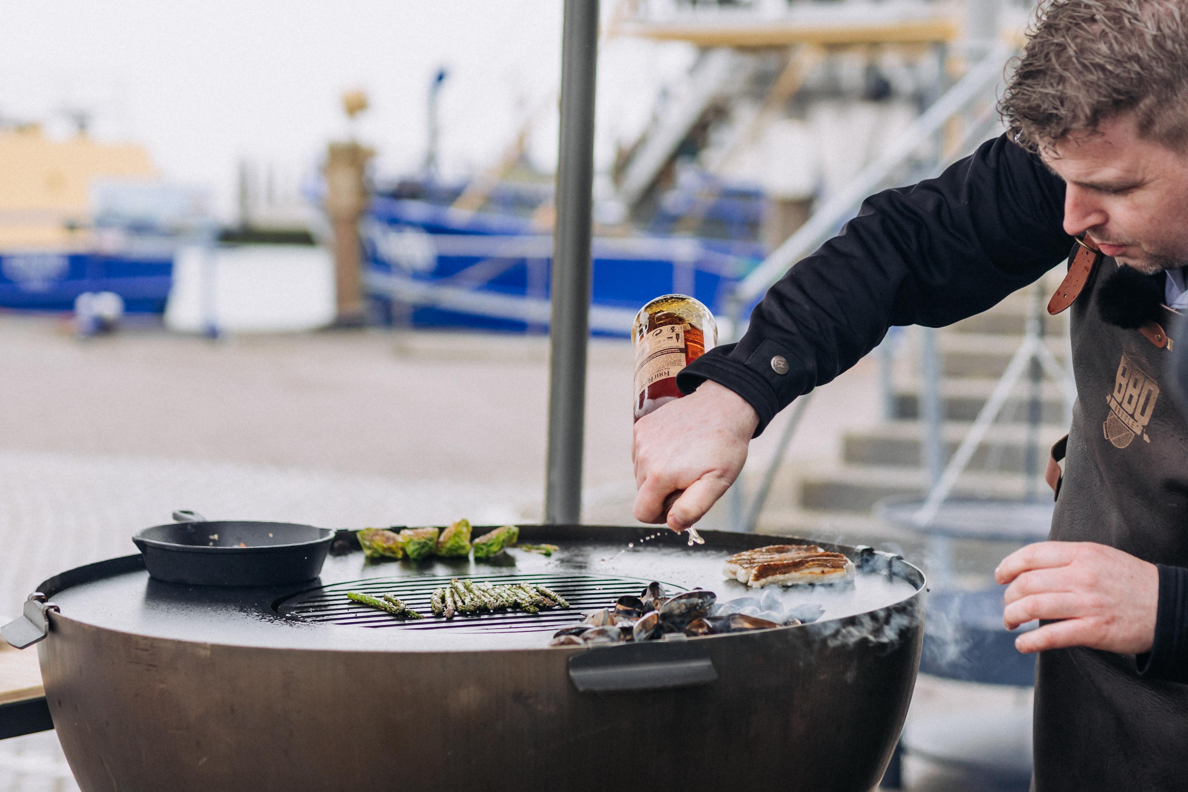Boy Schuiling maakt een gerecht met poonfilet tijdens de BBQ Battle VVV Texel