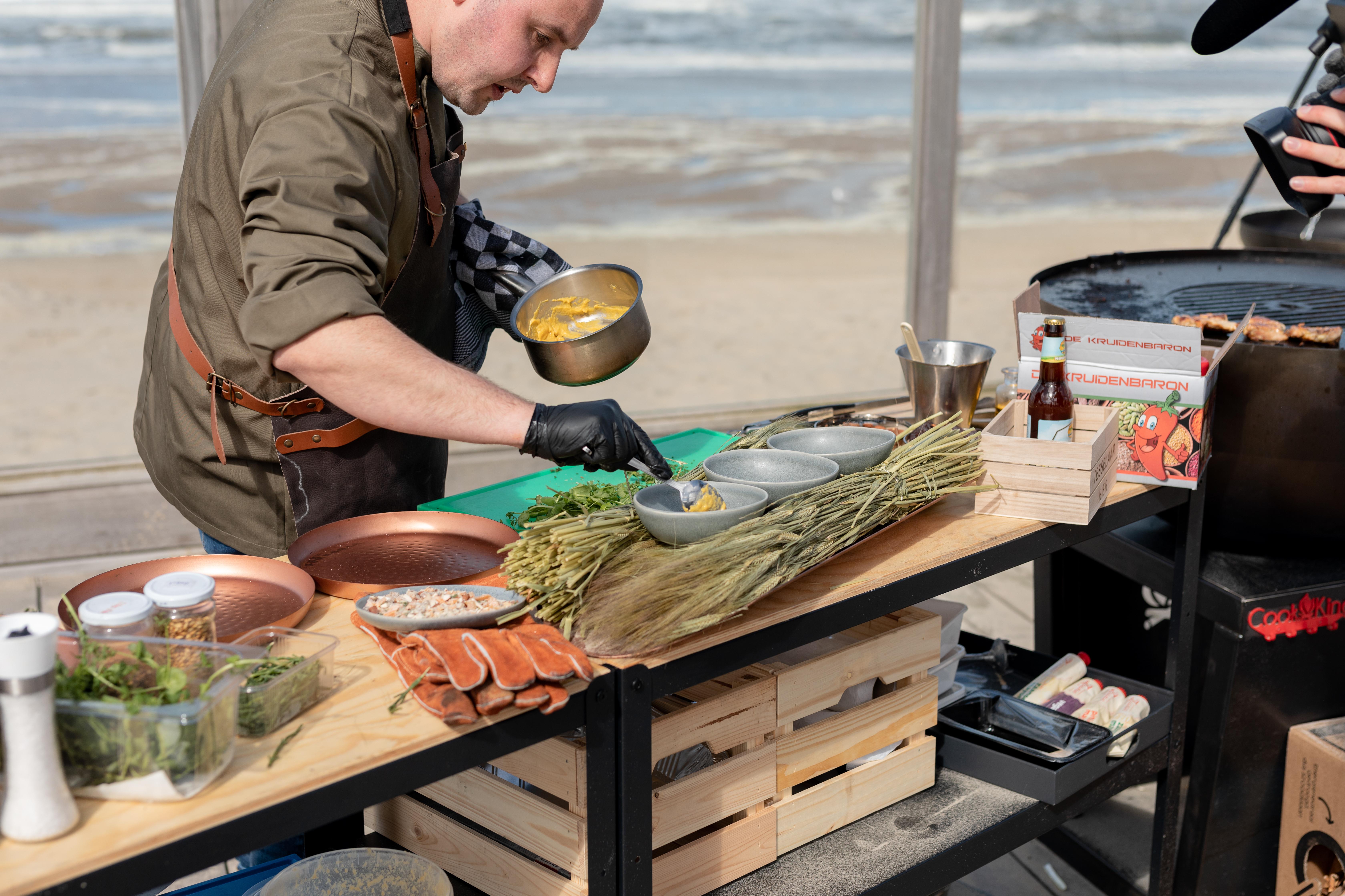 Leon van Sambeek maakt zijn gerecht tijdens de BBQ Battle VVV Texel