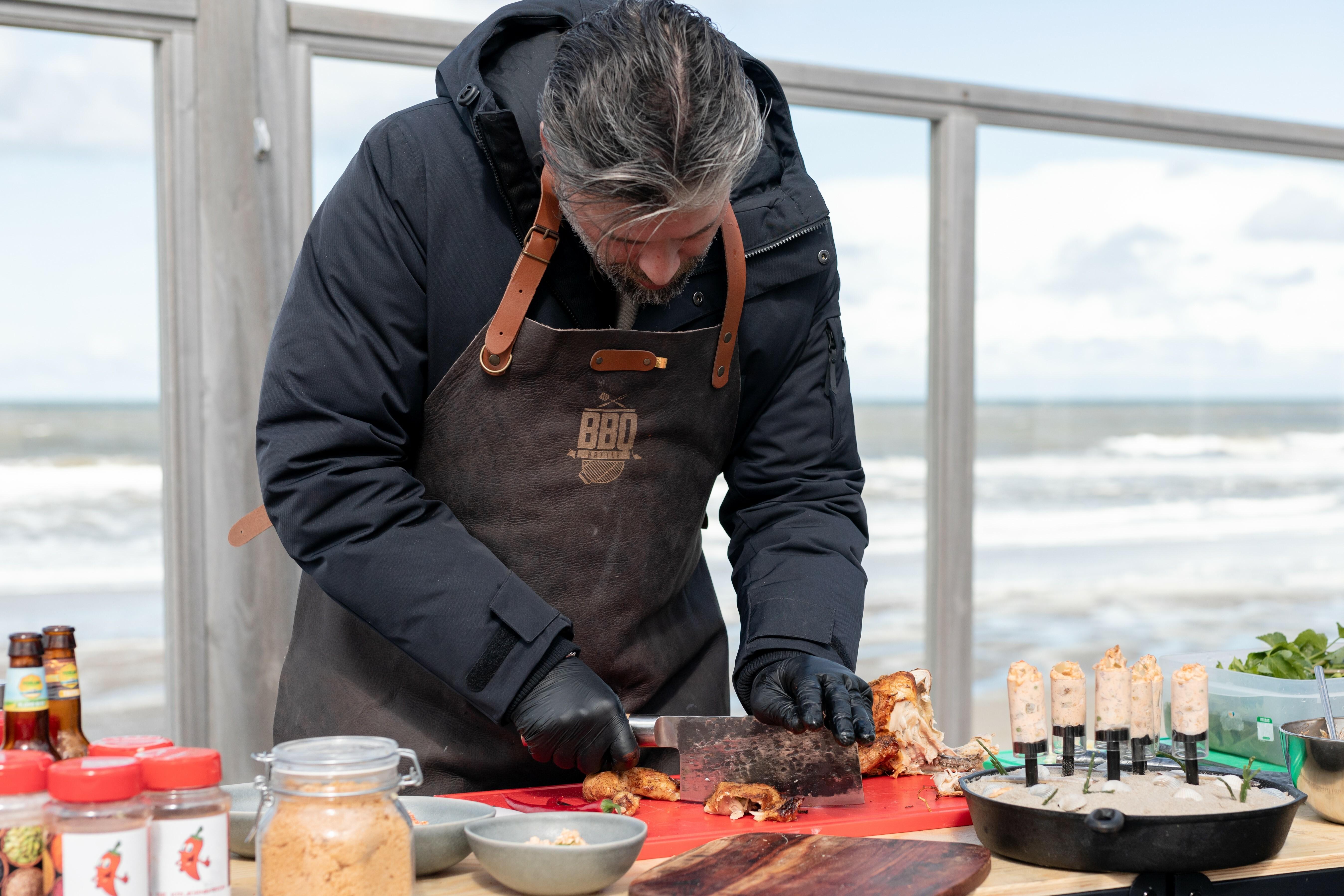 Niels Runderkamp aan de slag met zijn gerecht met kip BBQ Battle VVV Texel