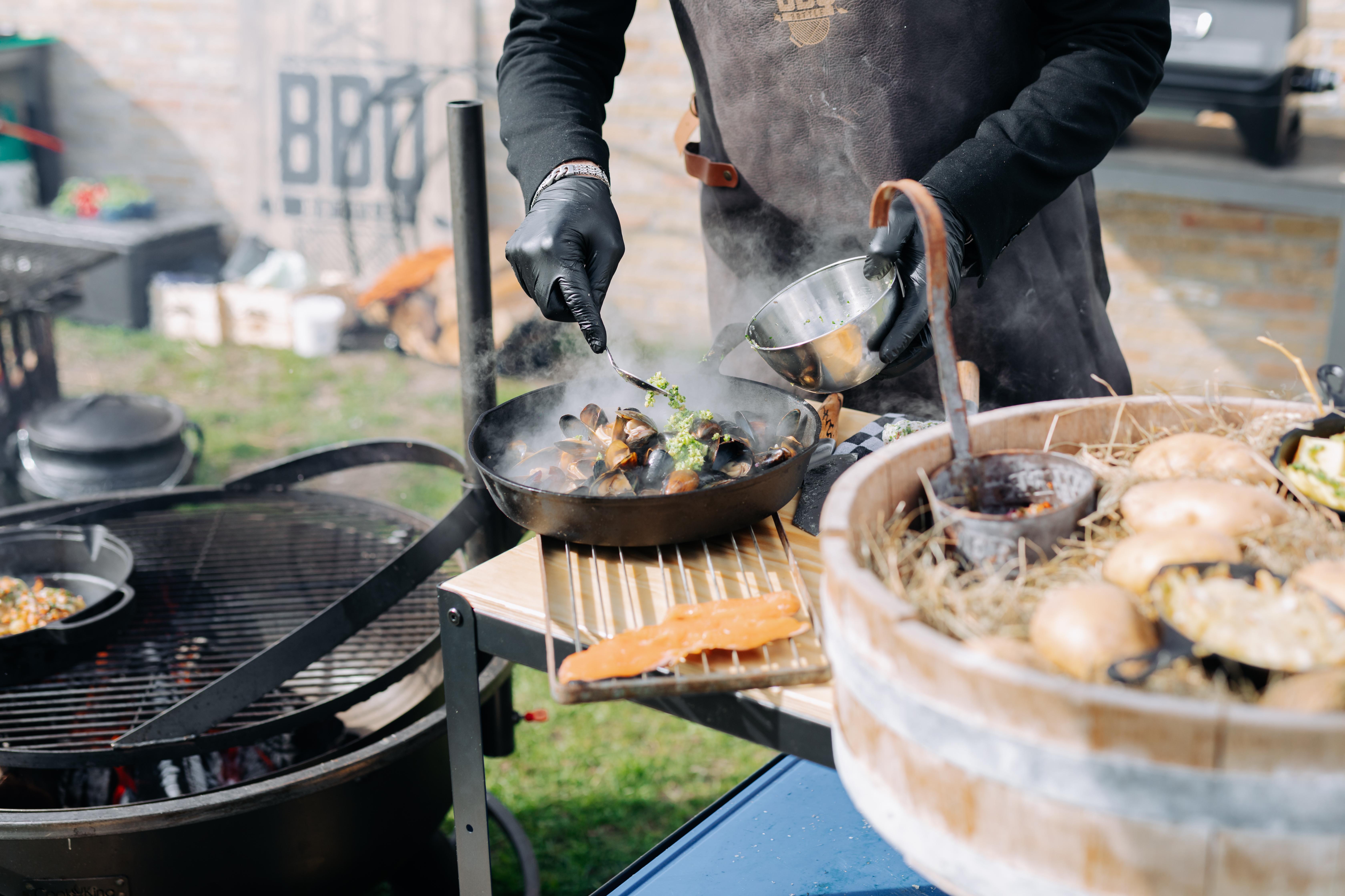 Niels maakt een gerecht met aardappelen mosselen en zalmforel tijdens de BBQ Battle VVV Texel