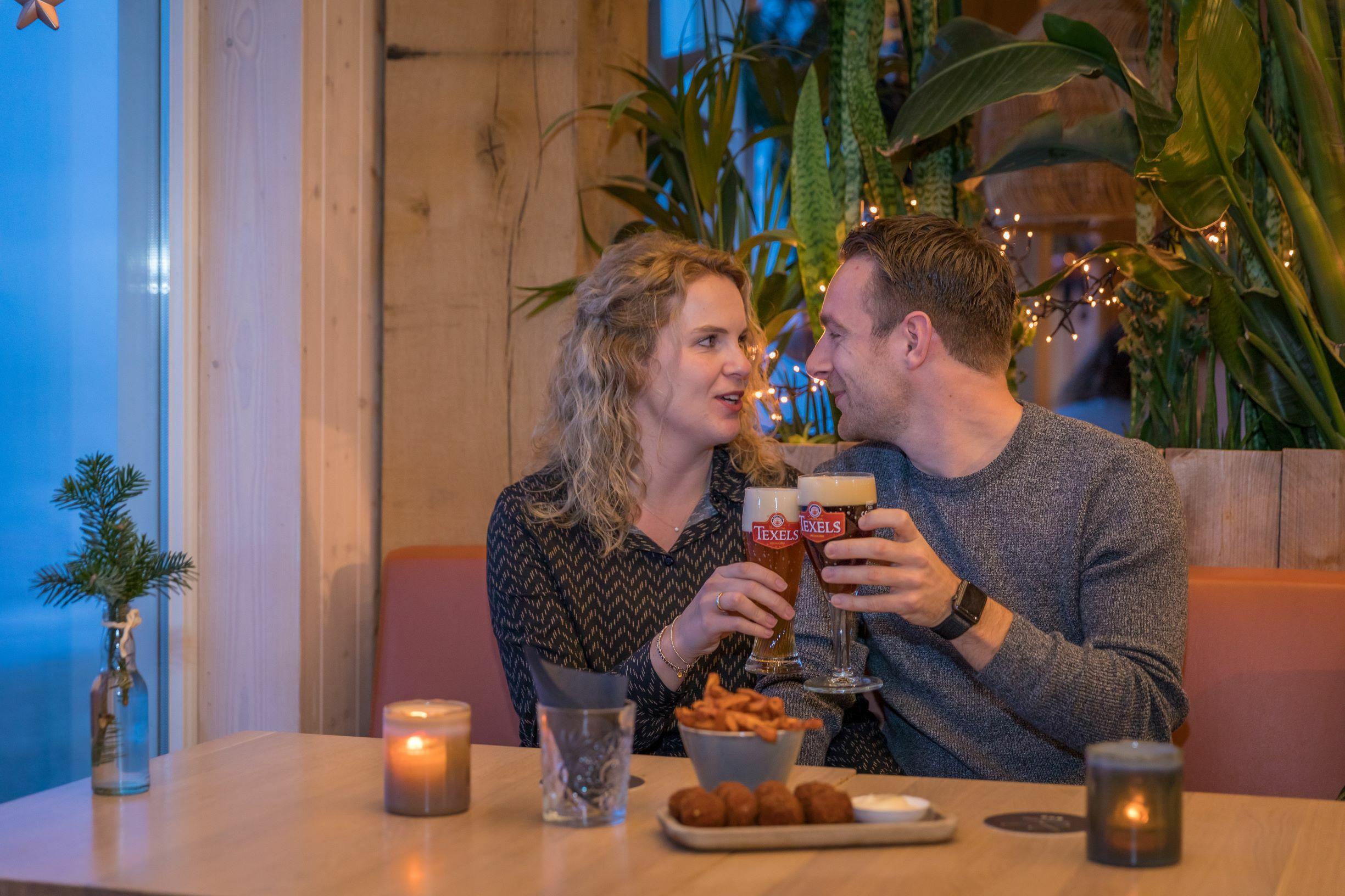 Stel met Texels bier bij Gastropaviljoen XV VVV Texel fotograaf Evalien Weterings 3