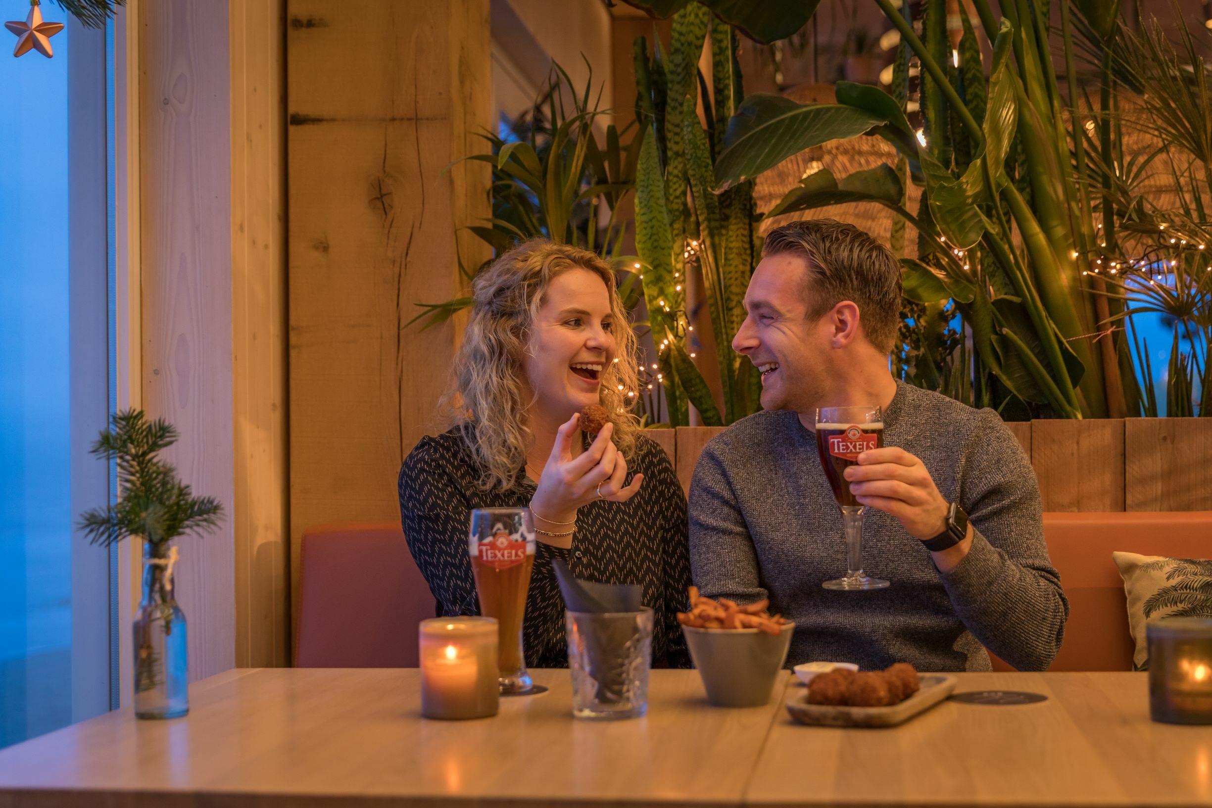 Stel met Texels biertje bij Gastropaviljoen XV VVV Texel fotograaf Evalien Weterings 7