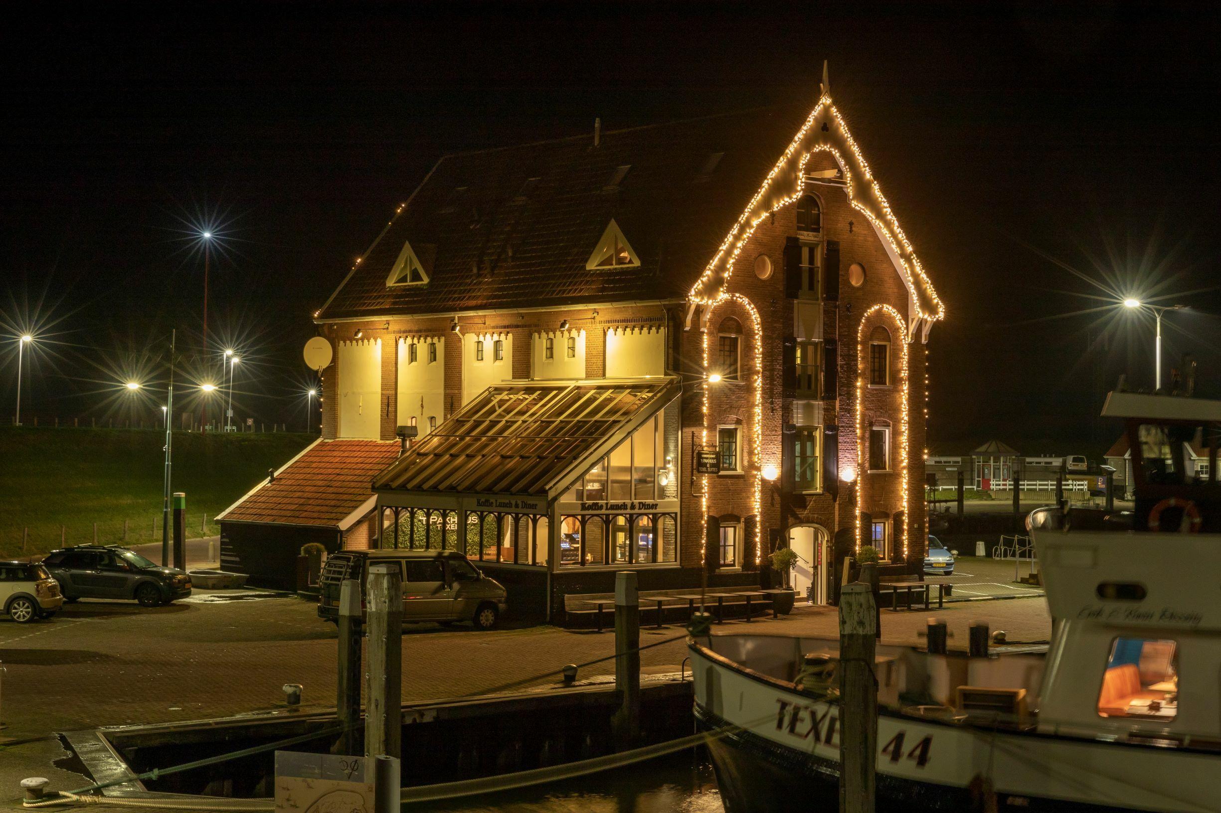 Pakhuus op de haven van Oudeschild met sfeerverlichting VVV Texel fotograaf Evalien Weterings
