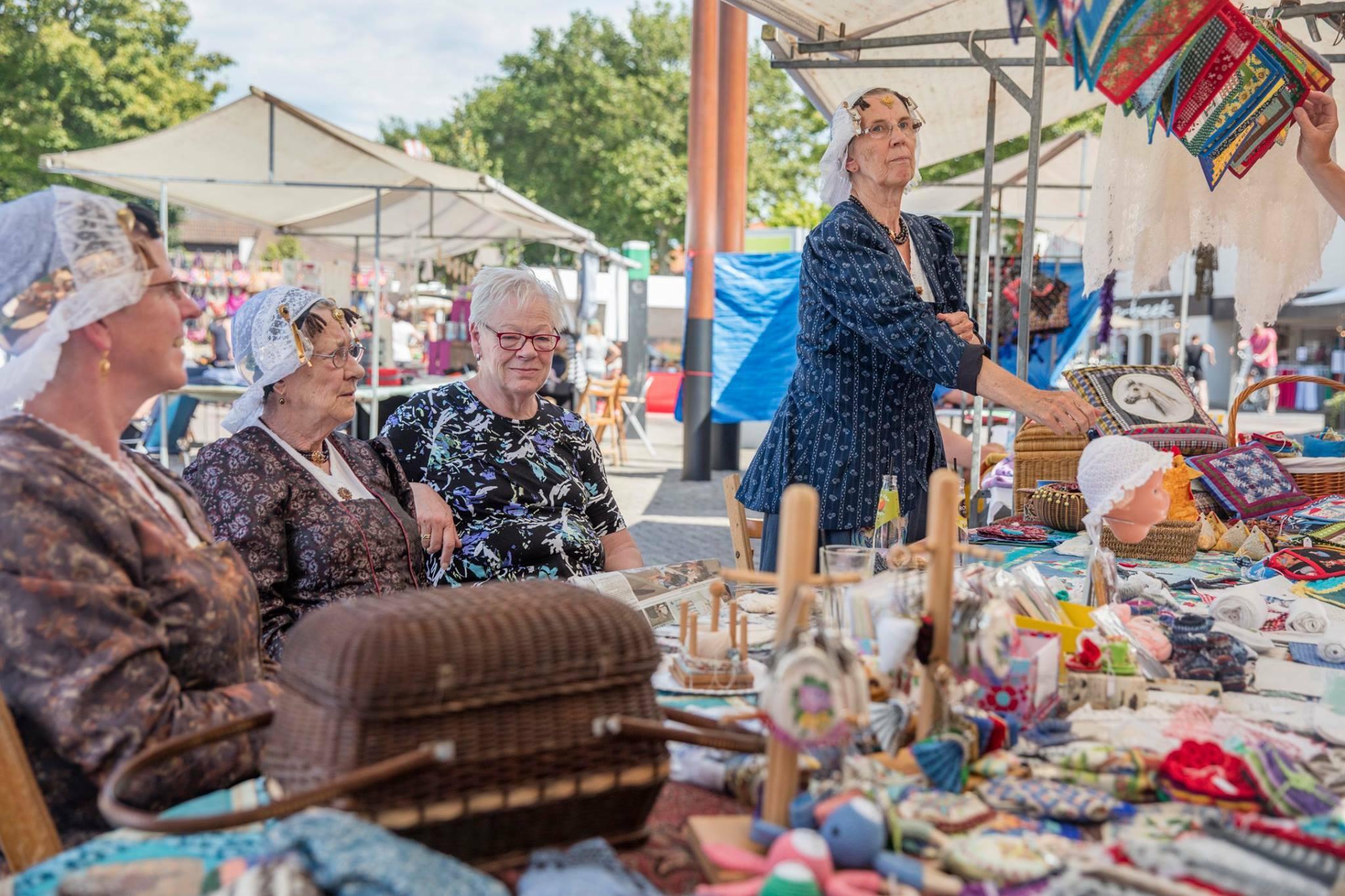 Vrouwen in klederdracht zomermarkt Den Burg VVV Texel