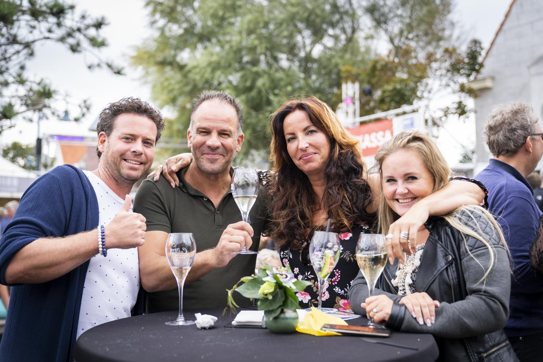 Gezelschap met drankjes tijdens Texel Culinair fotograaf Liselotte Schoo VVV Texel