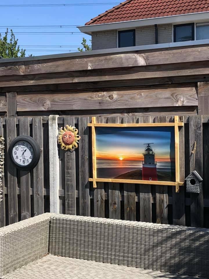 Poster in de tuin VVV Texel Fotograaf Dick ten Harkel