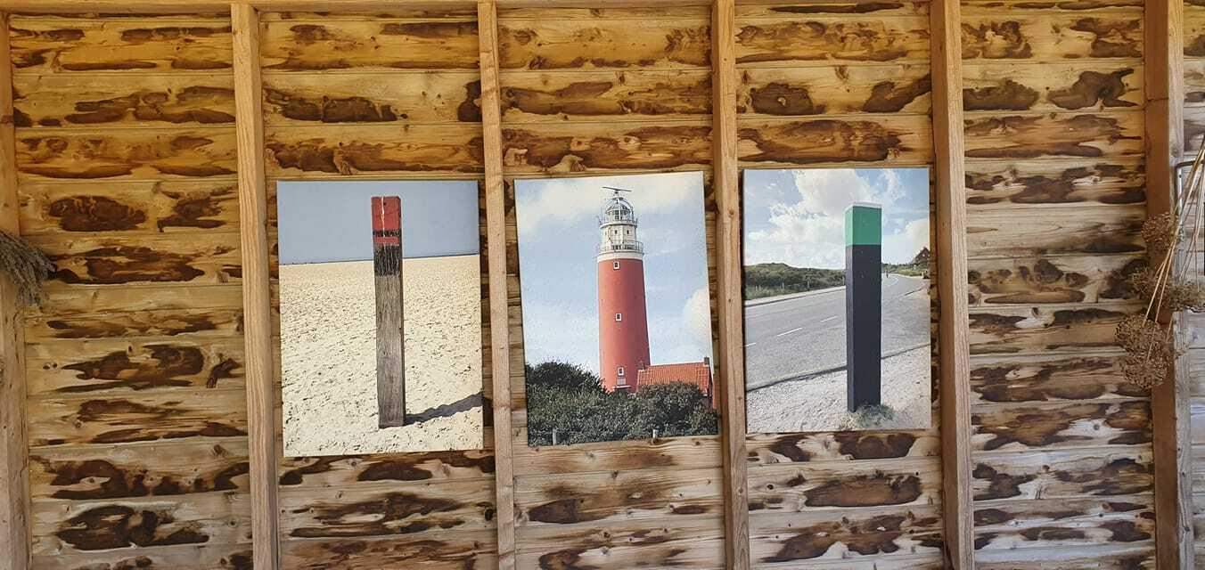 Posters in de tuin vuurtoren VVV Texel fotograaf Janet Kanning