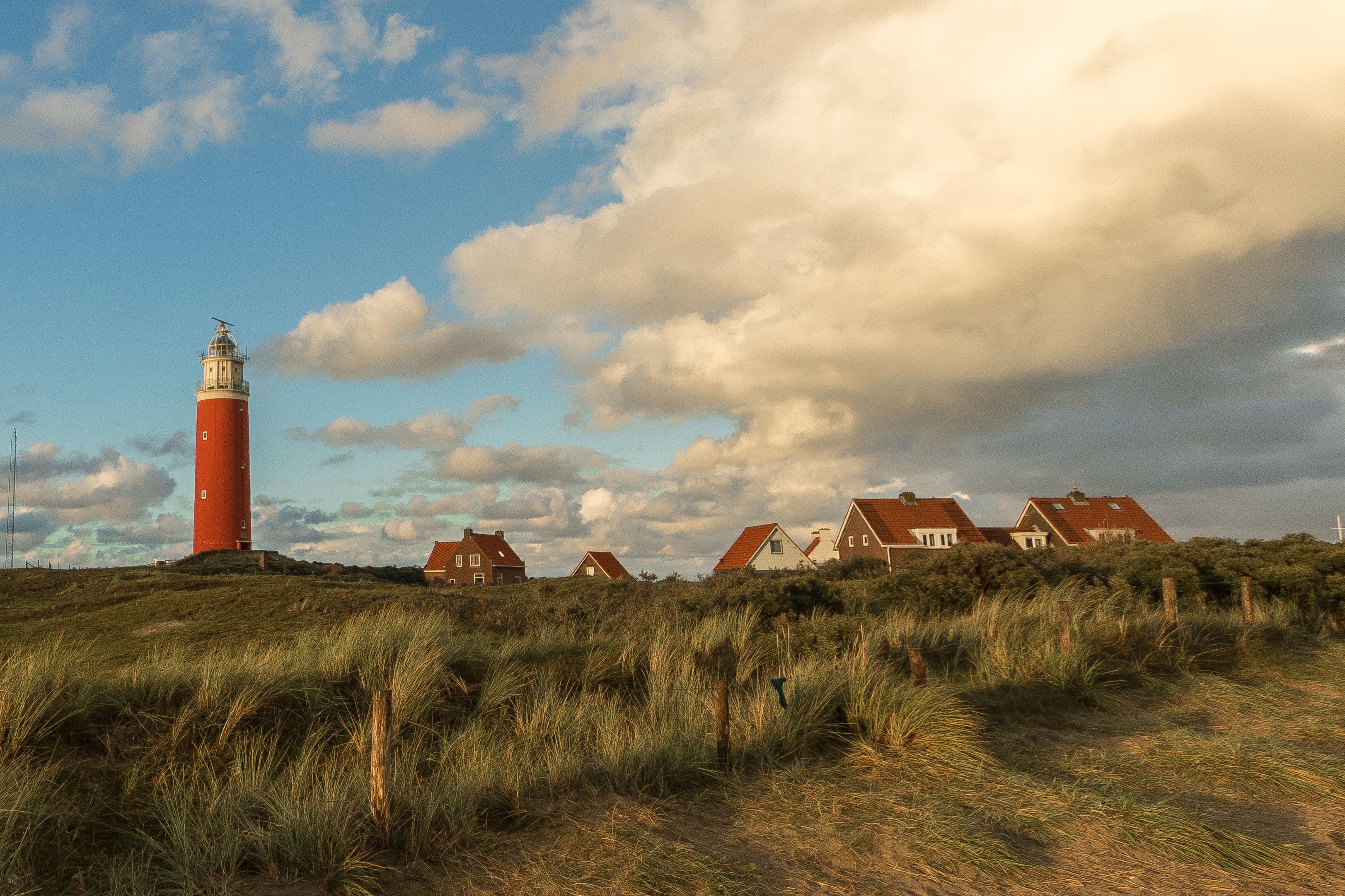 De vuurtoren met de huizen VVV Texel fotograaf Charles van Veen