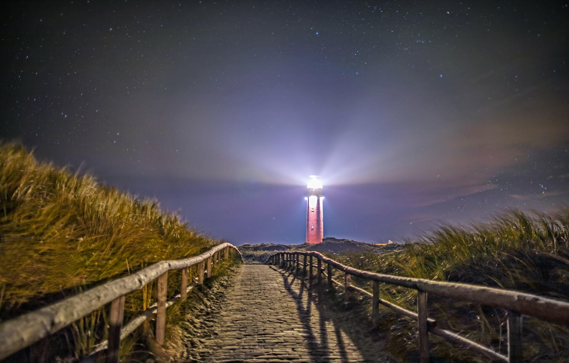 Vuurtoren met licht in de nacht VVV Texel fotograaf Justin Sinner