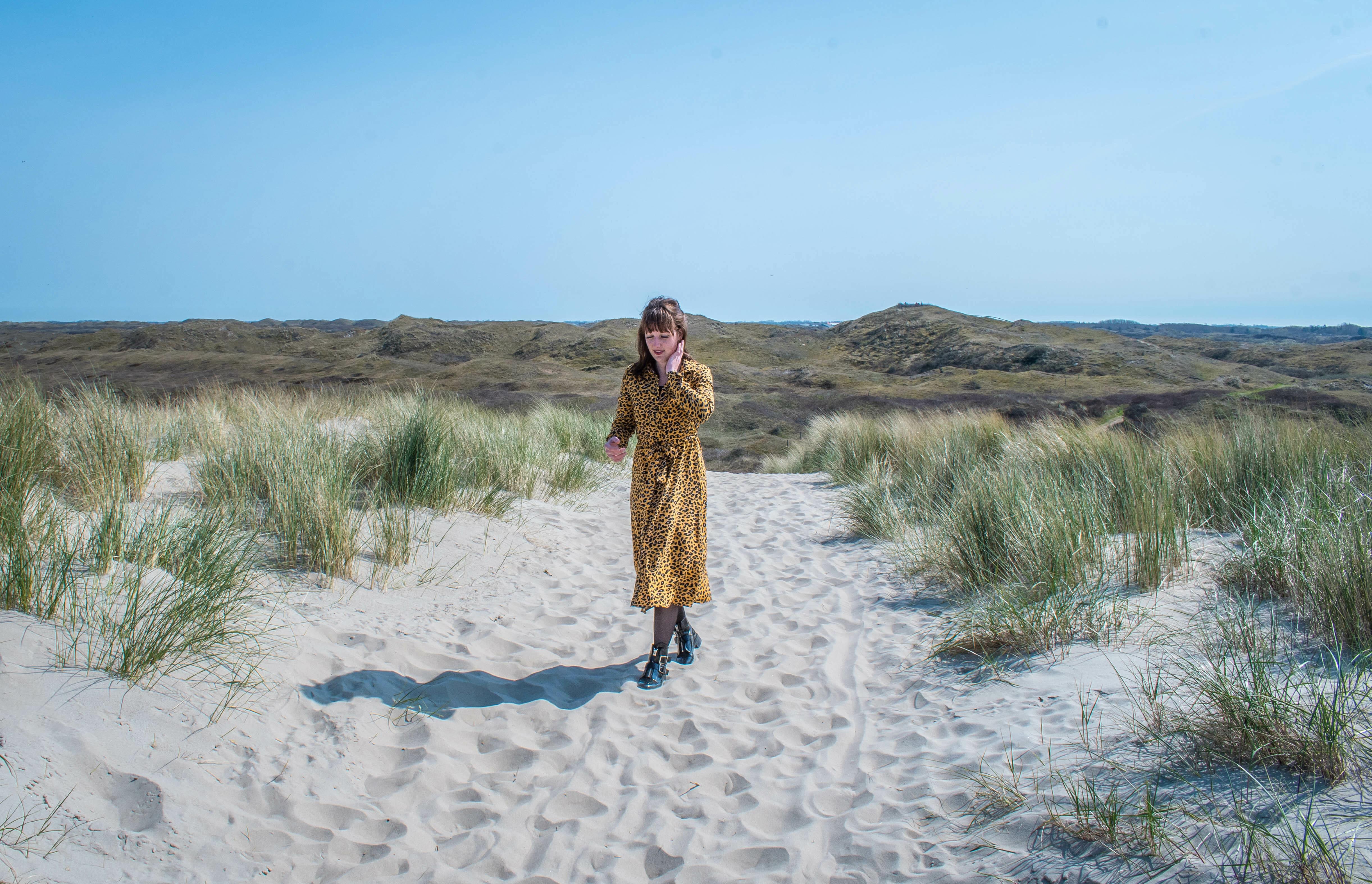 Vrouw op de strandopgang in de lente VVV Texel fotograaf Dominique van Midden