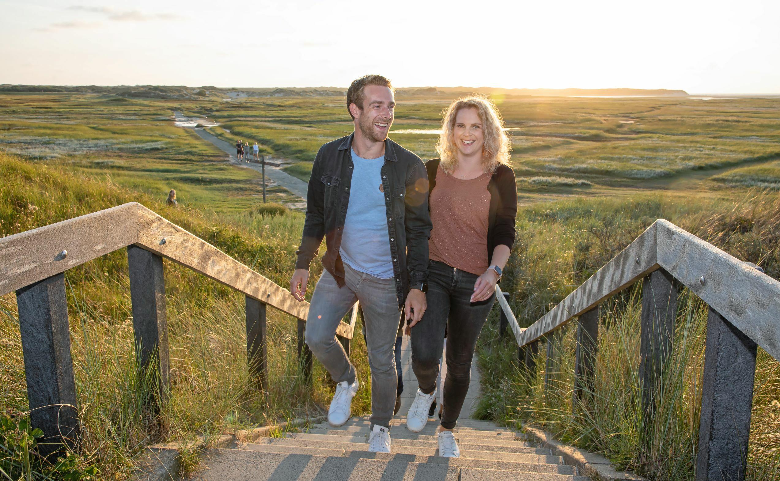 Stel op de trap van De Slufter VVV Texel fotograaf Justin Sinner