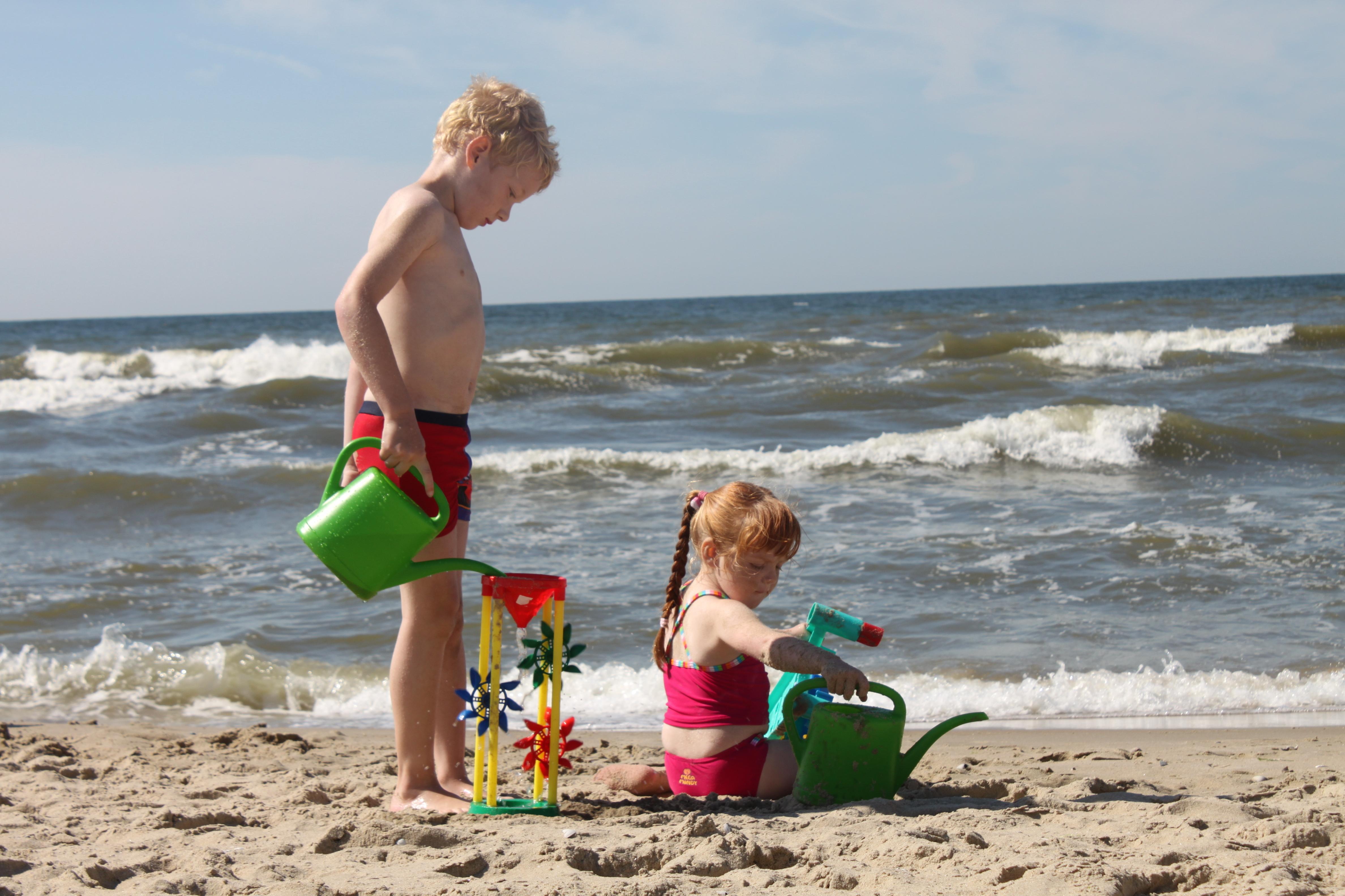 Kinderen spelen op het strand Fotograaf Gosse Kruger VVV Texel