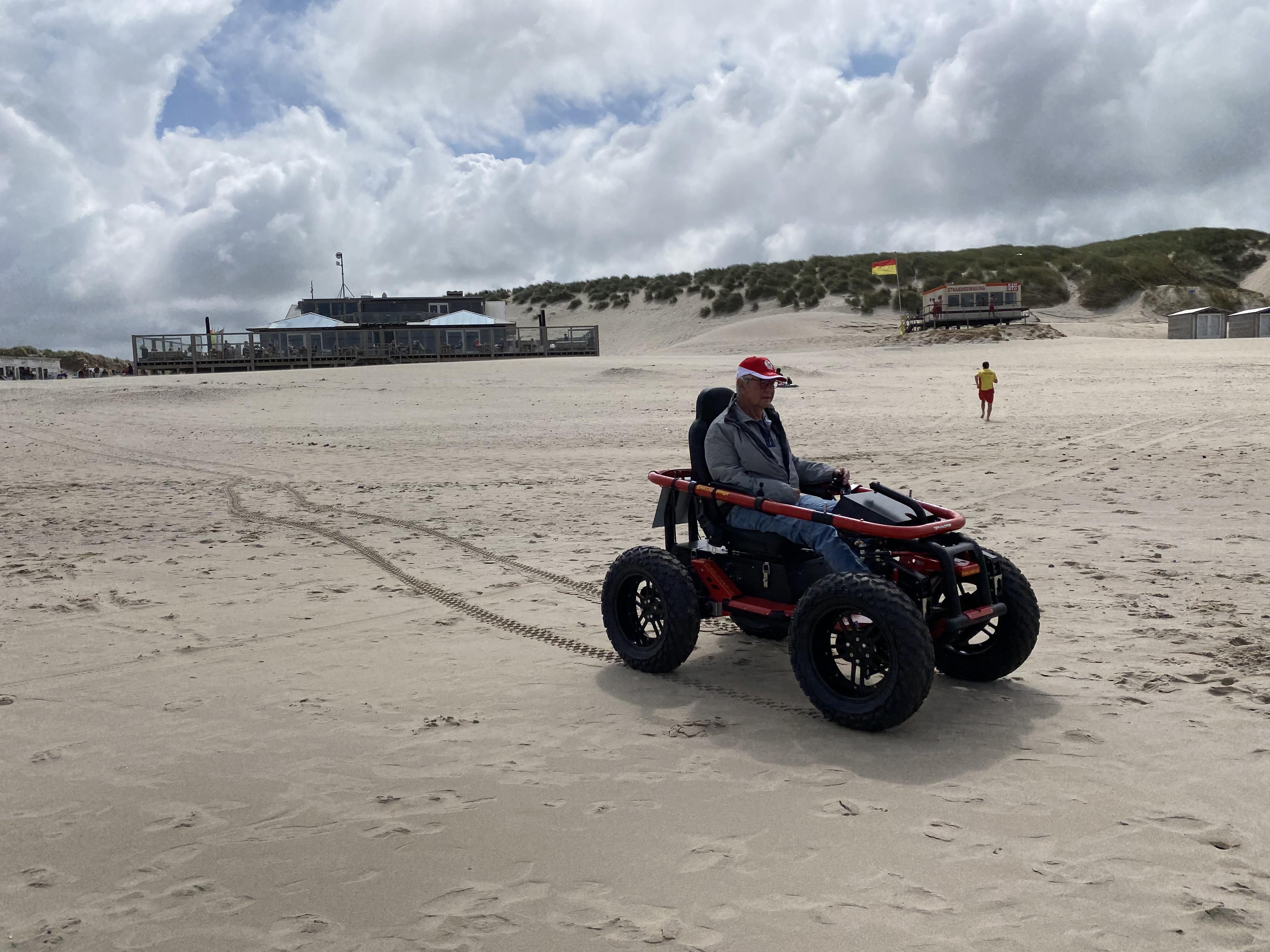 Rolstoel voor mindervaliden op het strand strandhopper VVV Texel SIGT 1