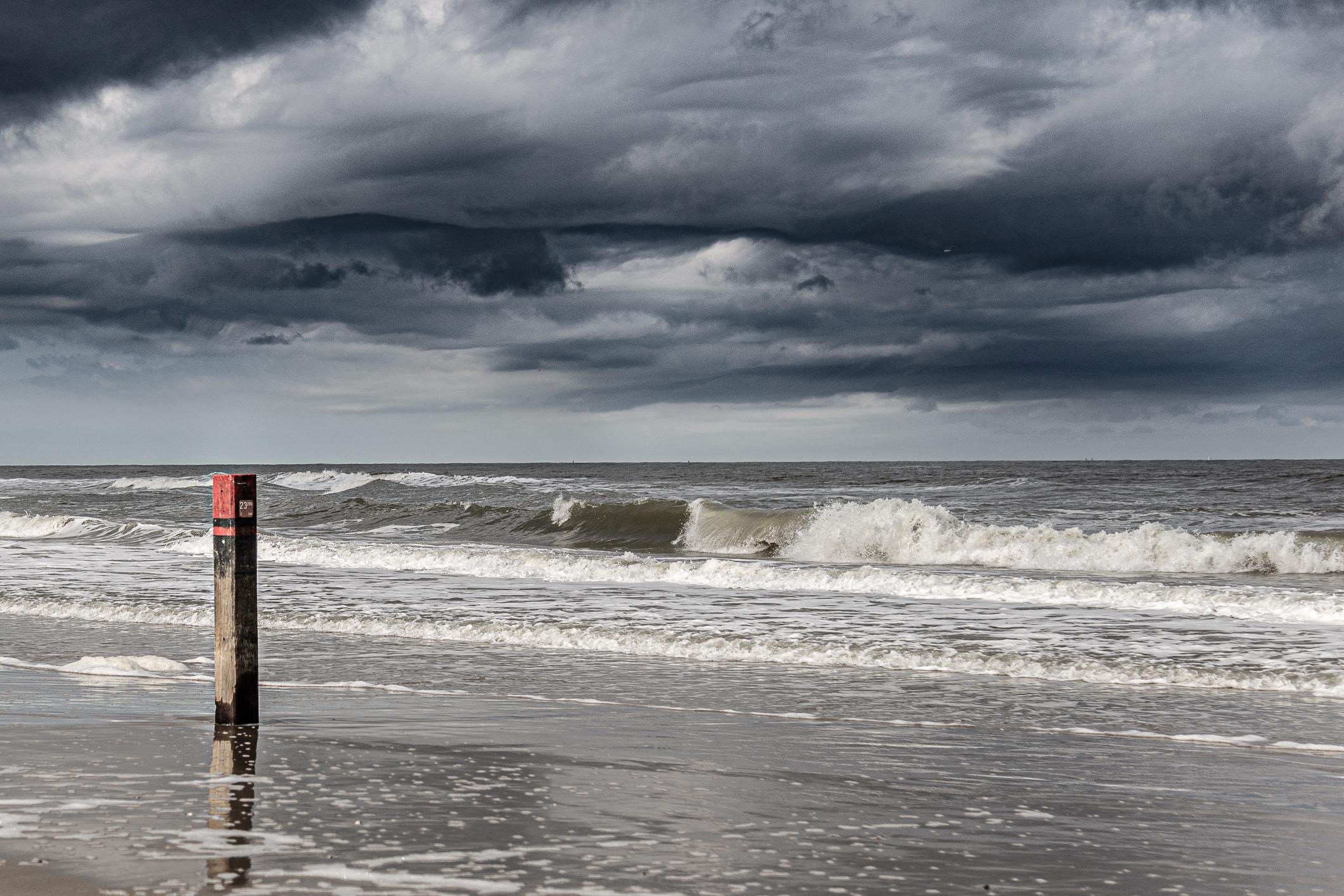 Storm en donkere lucht op het strand VVV Texel fotograaf Wilfried Manhaeve