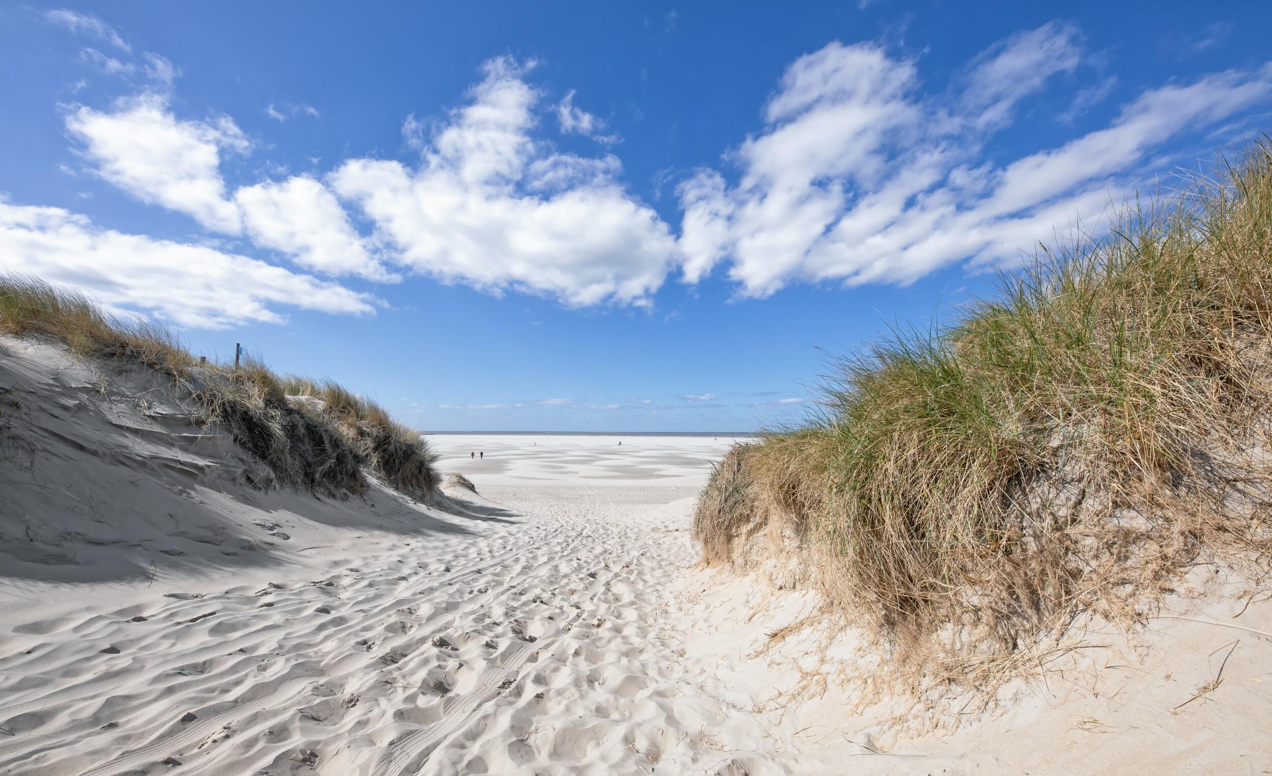 Strandopgang met blauwe lucht VVV Texel fotograaf Justin Sinner