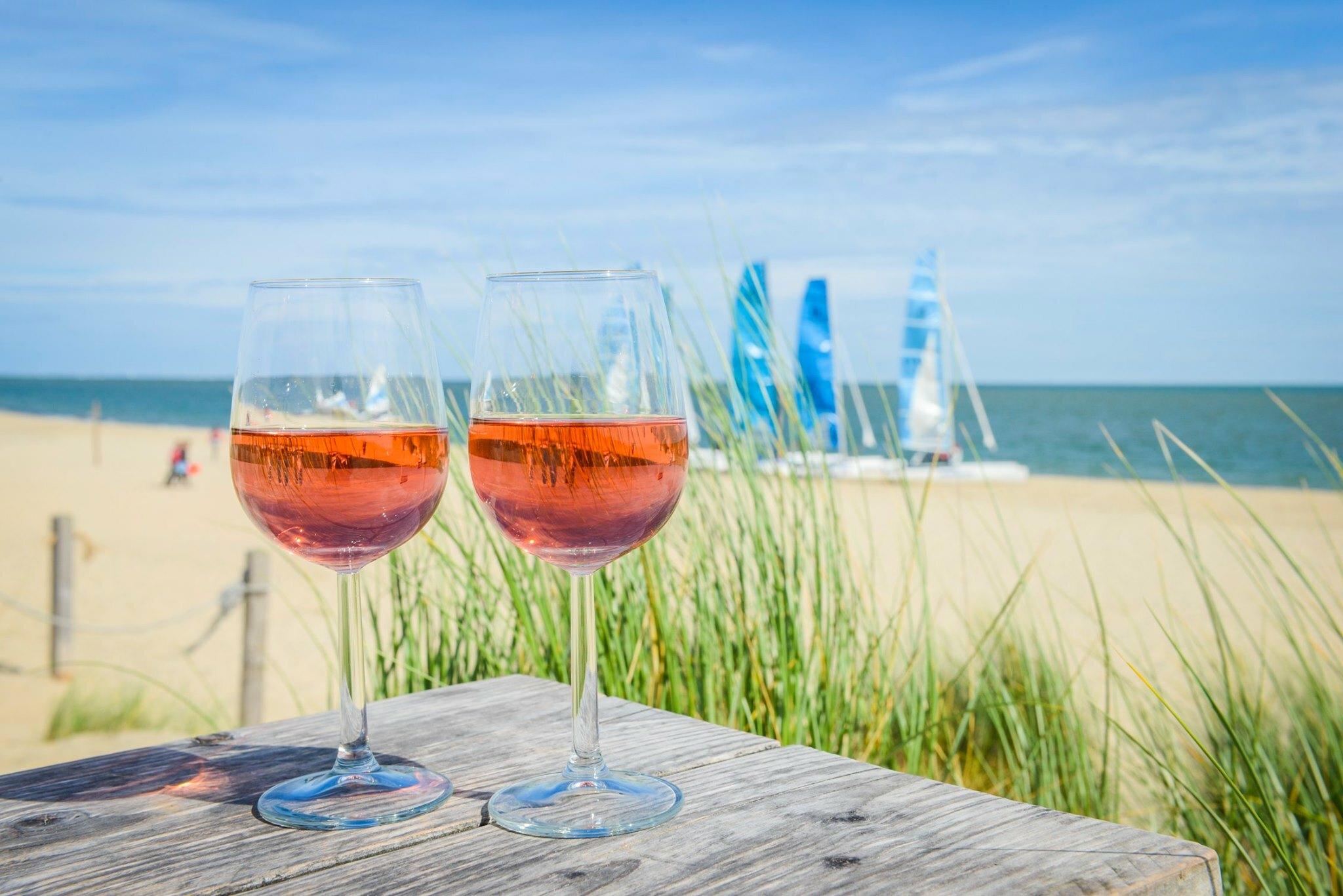 Uitzicht met wijnglazen bij Strandpaviljoen Kaap Noord VVV Texel