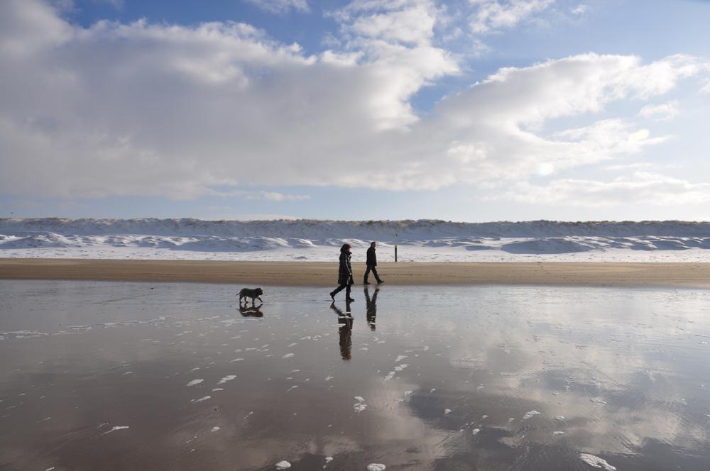 Wandelen langs het strand met hond VVV Texel fotograaf Liselotte Schoo