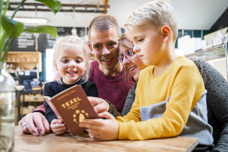 Gezin met Texel Paspoort VVV Texel