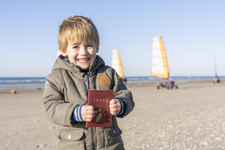 Kindje met Texel Paspoort VVV Texel fotograaf Texel Paspoort