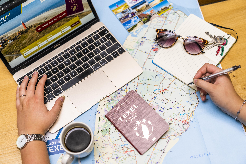 Texel Paspoort sfeerfoto met laptop VVV Texel