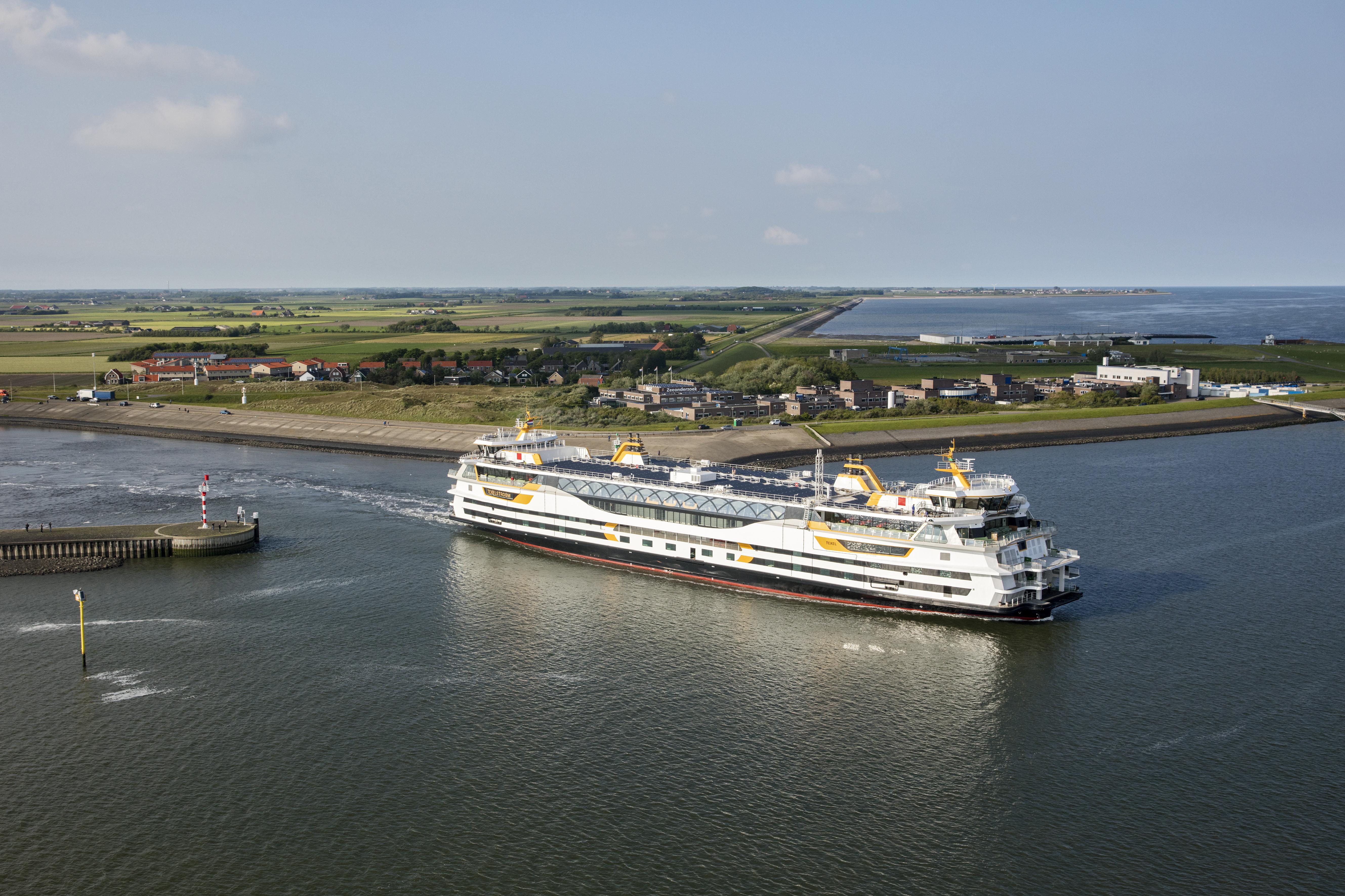De Texelstroom vaart de haven van Texel uit VVV Texel