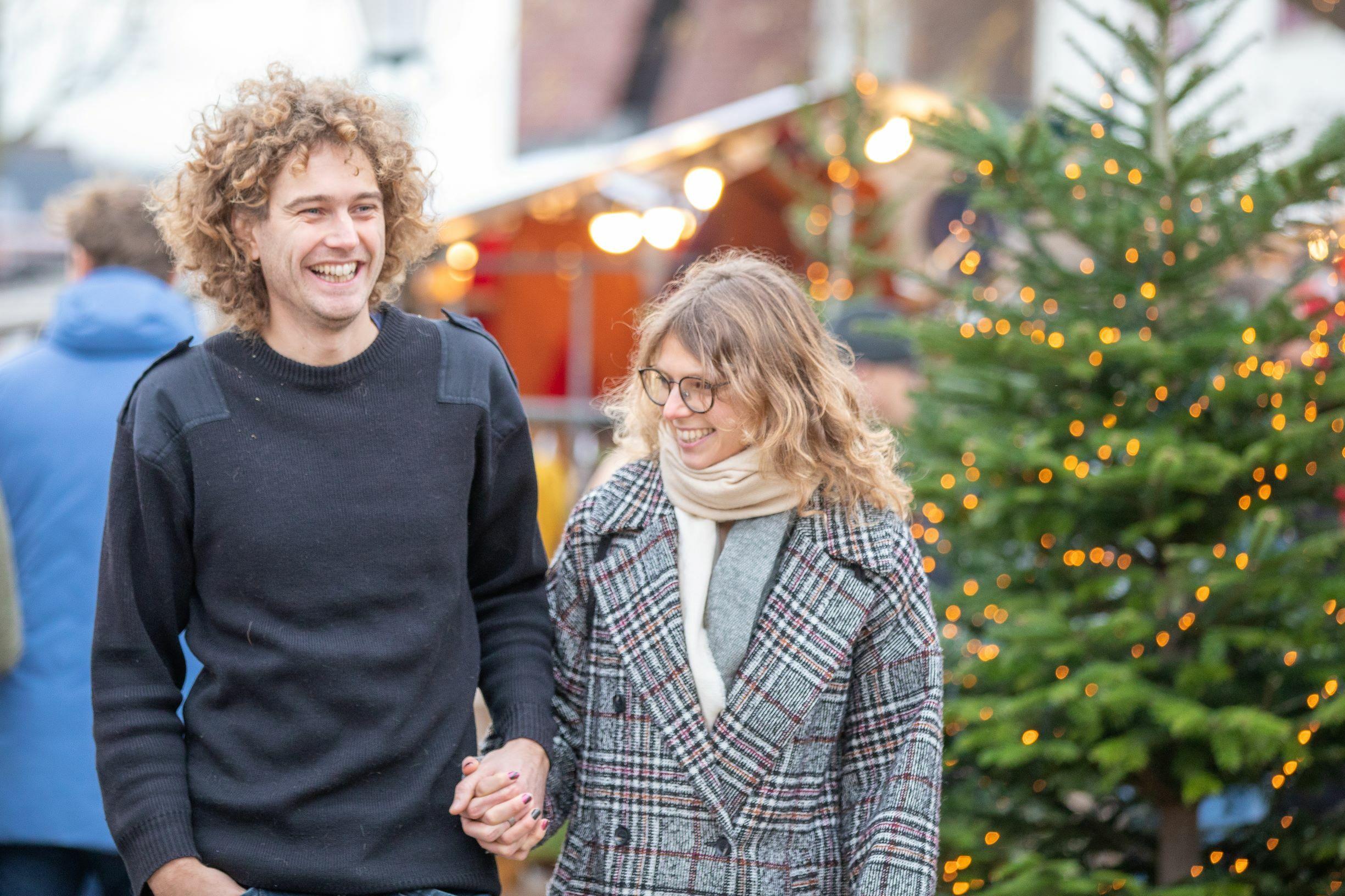 Stel wandelt door De Koog met kerst VVV Texel fotograaf Evalien Weterings