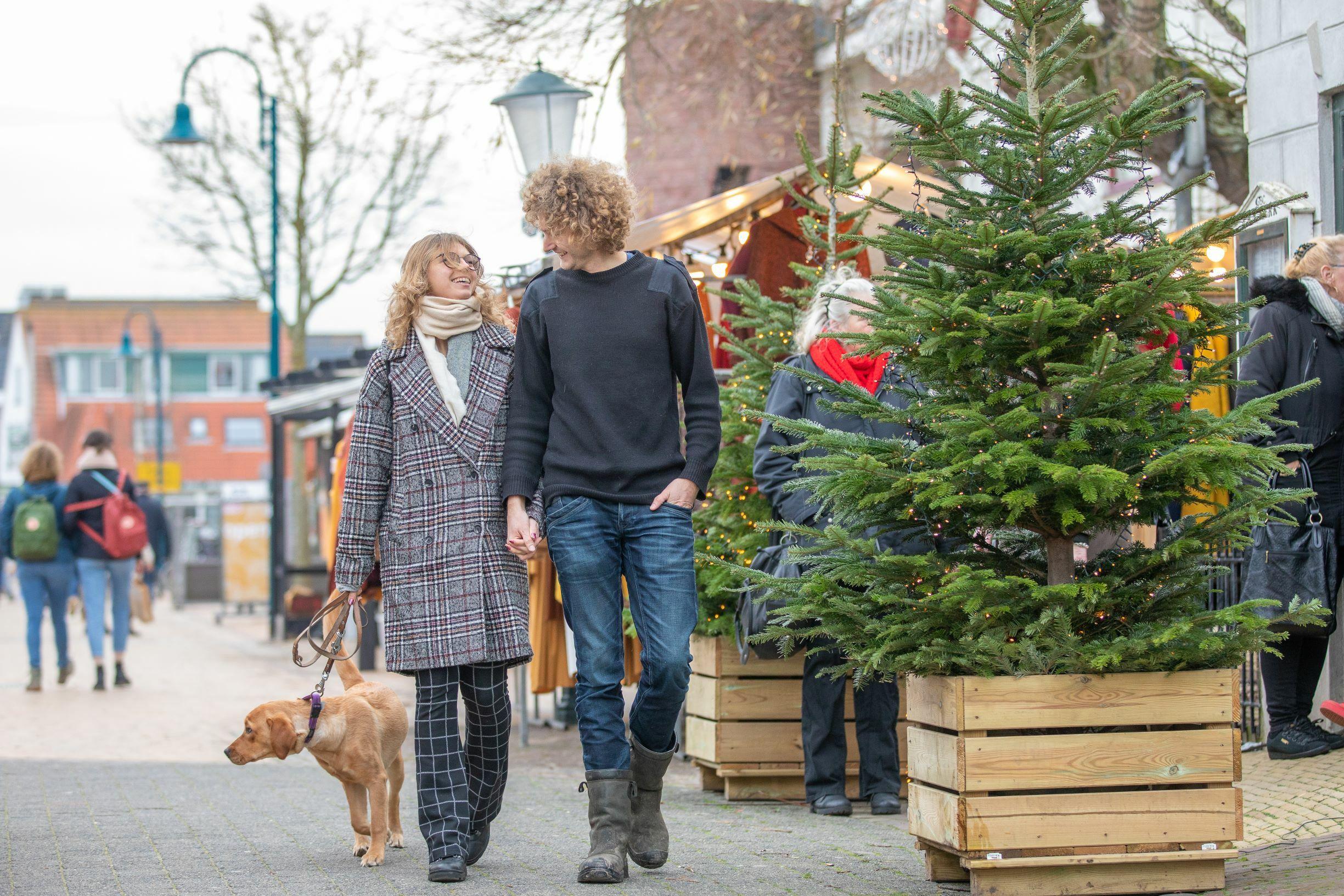 Winkelen met hond tijdens kerstvakantie in De Koog VVV Texel fotograaf Evalien Weterings