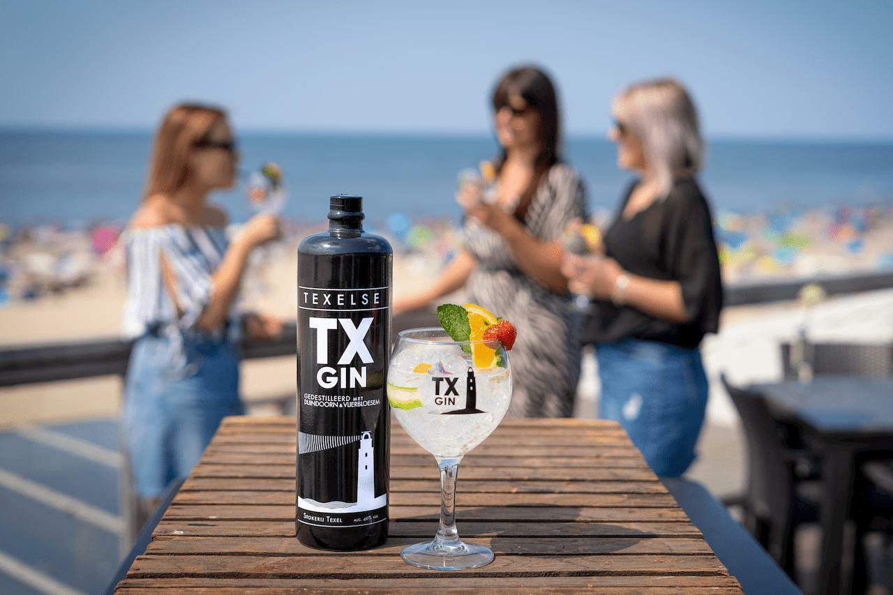 Texel Gin aan het strand op het terras Stokerij Texel fotograaf Stefan Krofft VVV Texel
