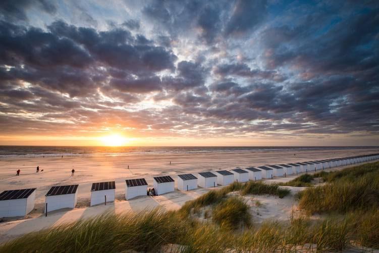 Strandhuisjes op het strand bij zonsondergang fotograaf Emiel Stroev VVV Texel